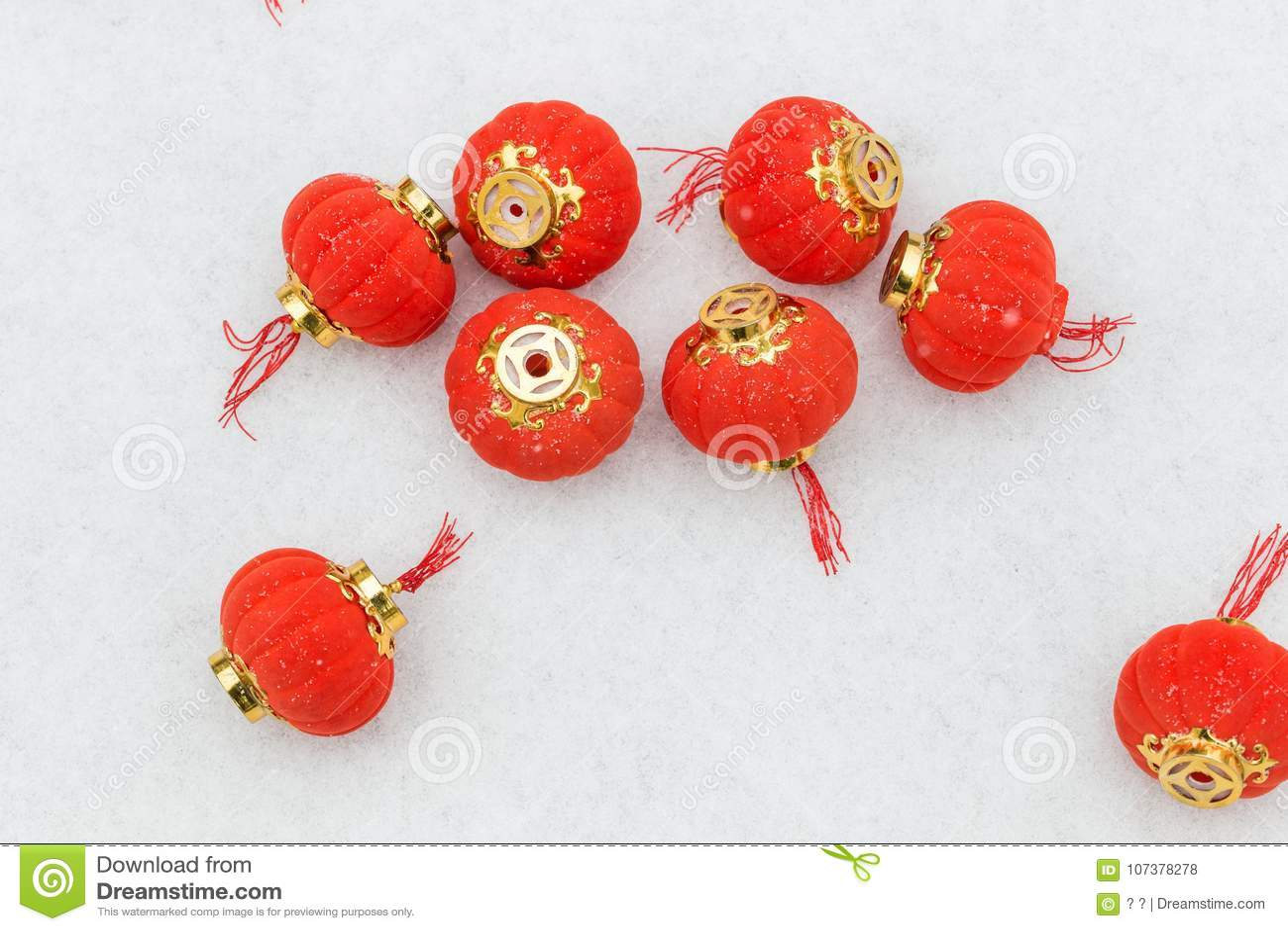 Lanterne rosse nella neve