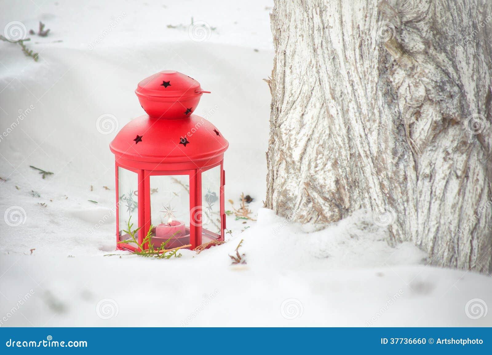 lanterne rouge avec la bougie allum e dans la neige photo stock image 37736660. Black Bedroom Furniture Sets. Home Design Ideas