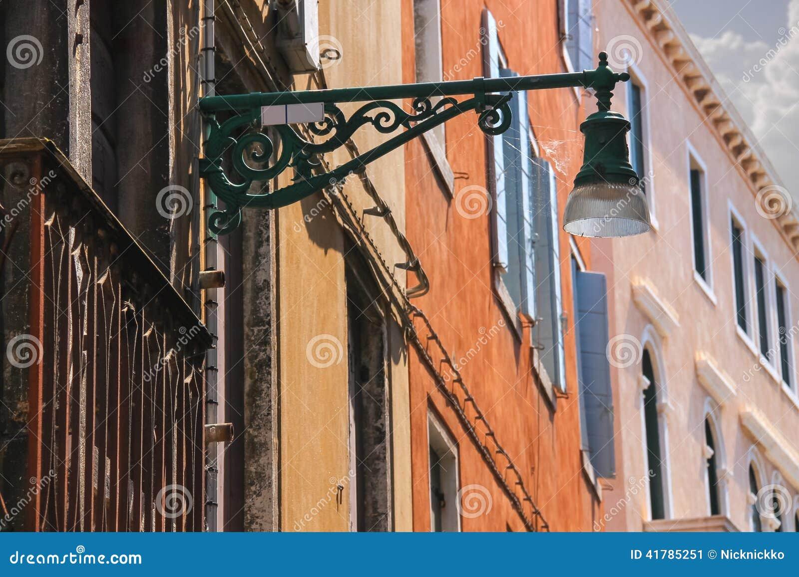 Lanterne sur la fa ade de la vieille maison italienne for Maison italienne architecture