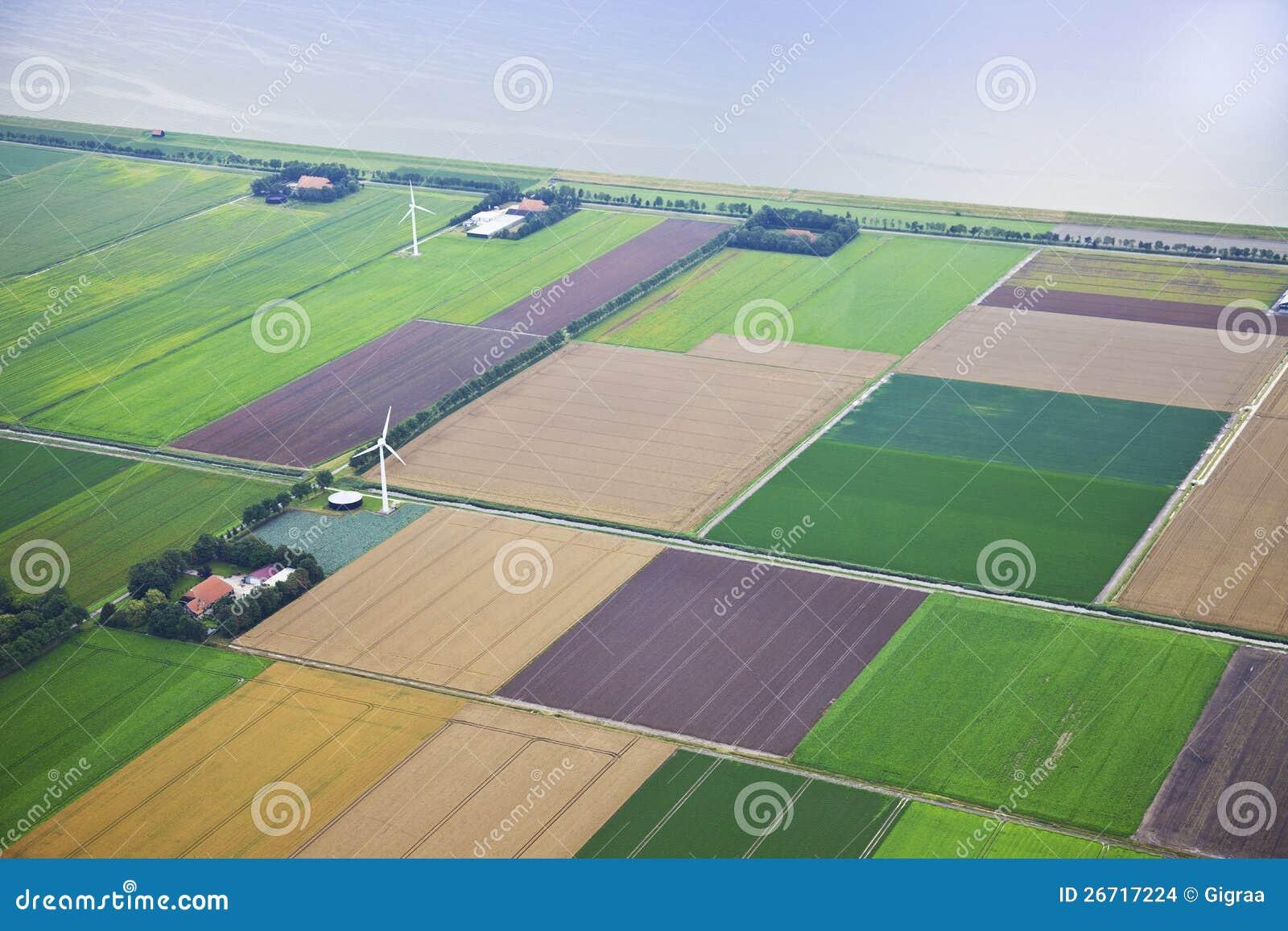 Lantgårdliggande med windmillen från över