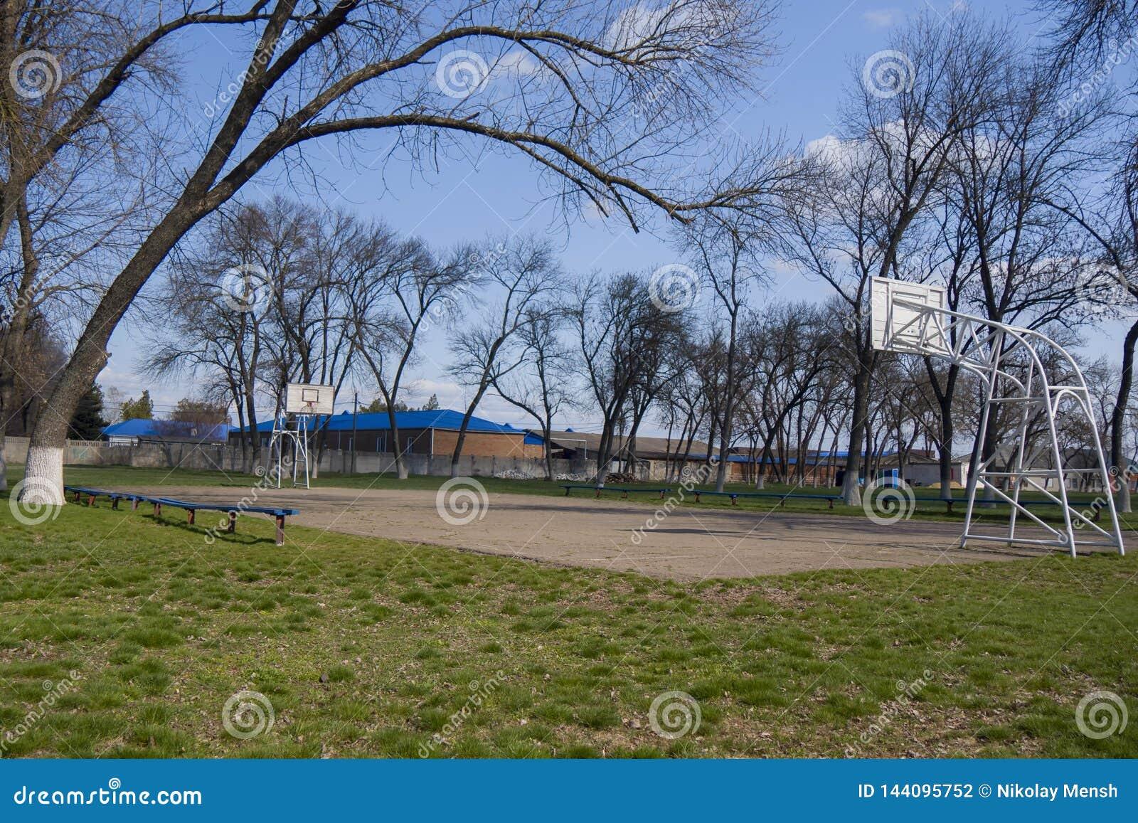 Lantlig gammal asfalterad basketdomstol