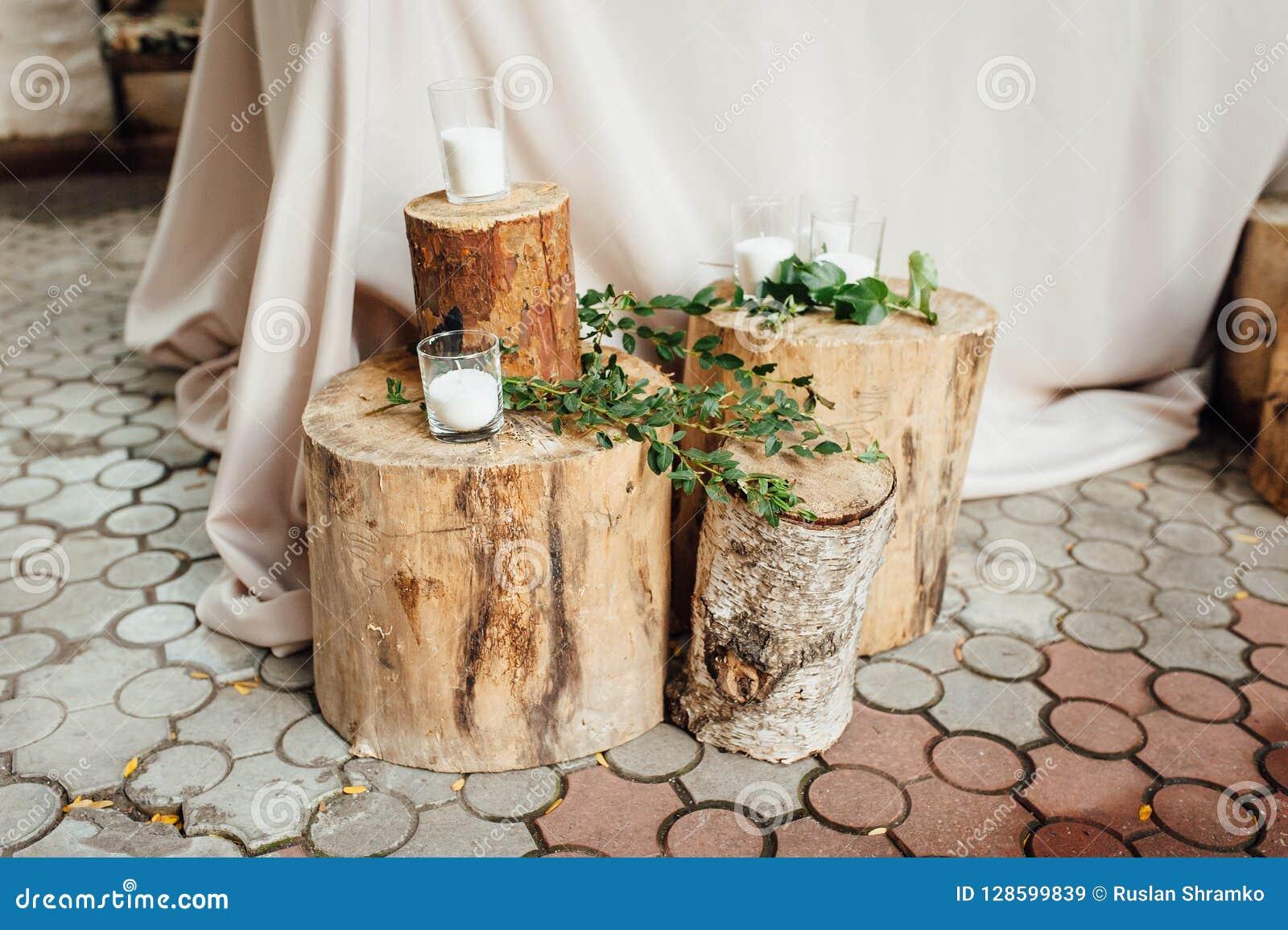 Lantlig gifta sig dekor på en timmerbakgrund Inställning för huvudsaklig tabell för brud- och brudgumnygifta personer