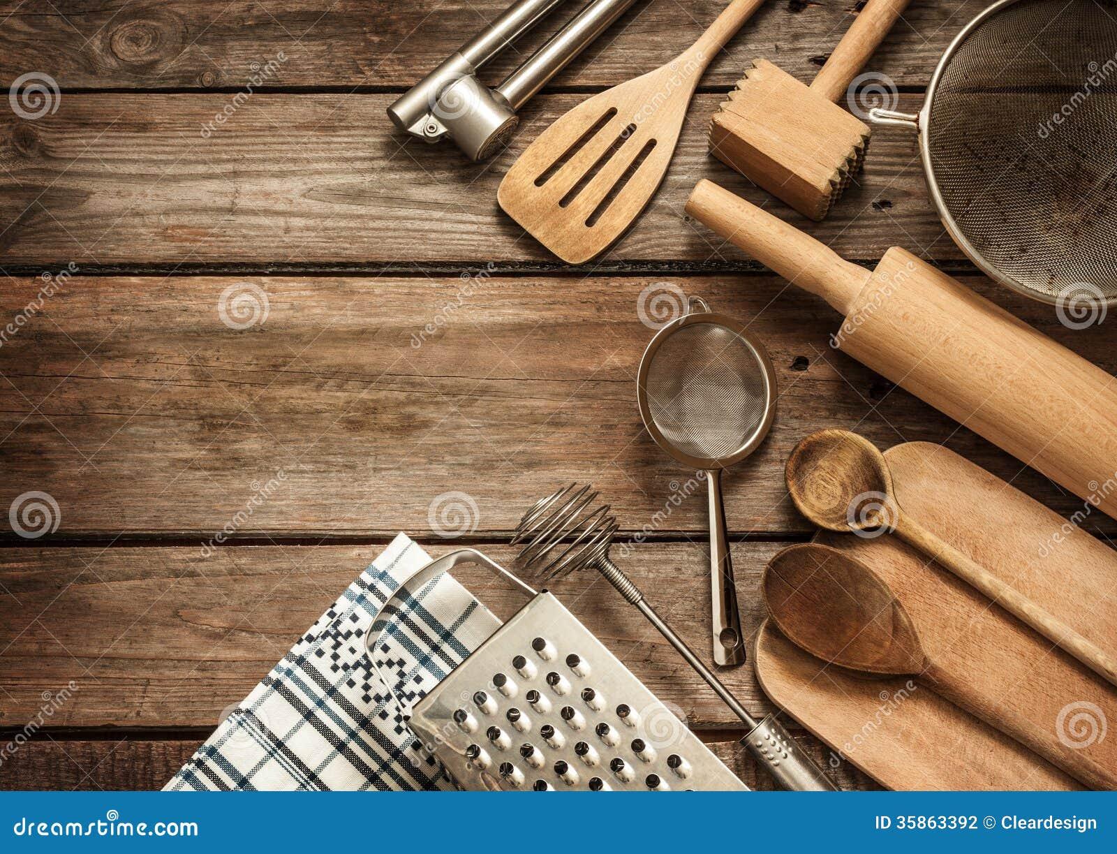 Lantlig köksgeråd på den tappning planked wood tabellen