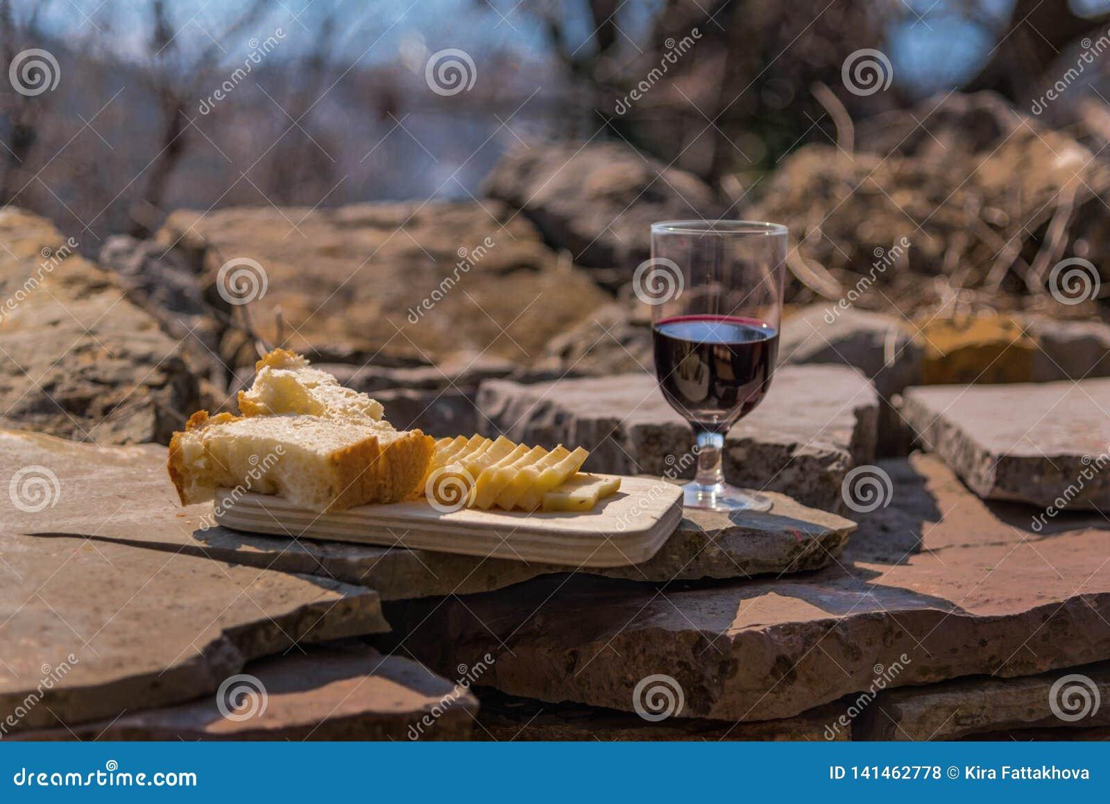 Lantlig lunch på stenar väggen: hemlagad ost, bröd och vin Manavgat flodområde