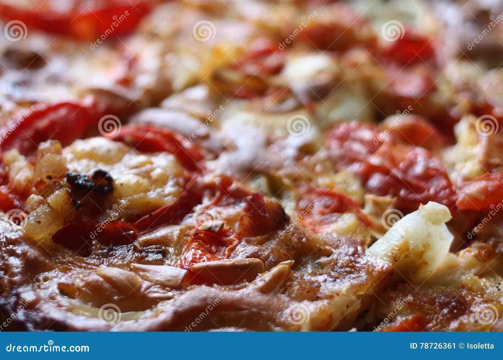 Lantlig pizza med tomater