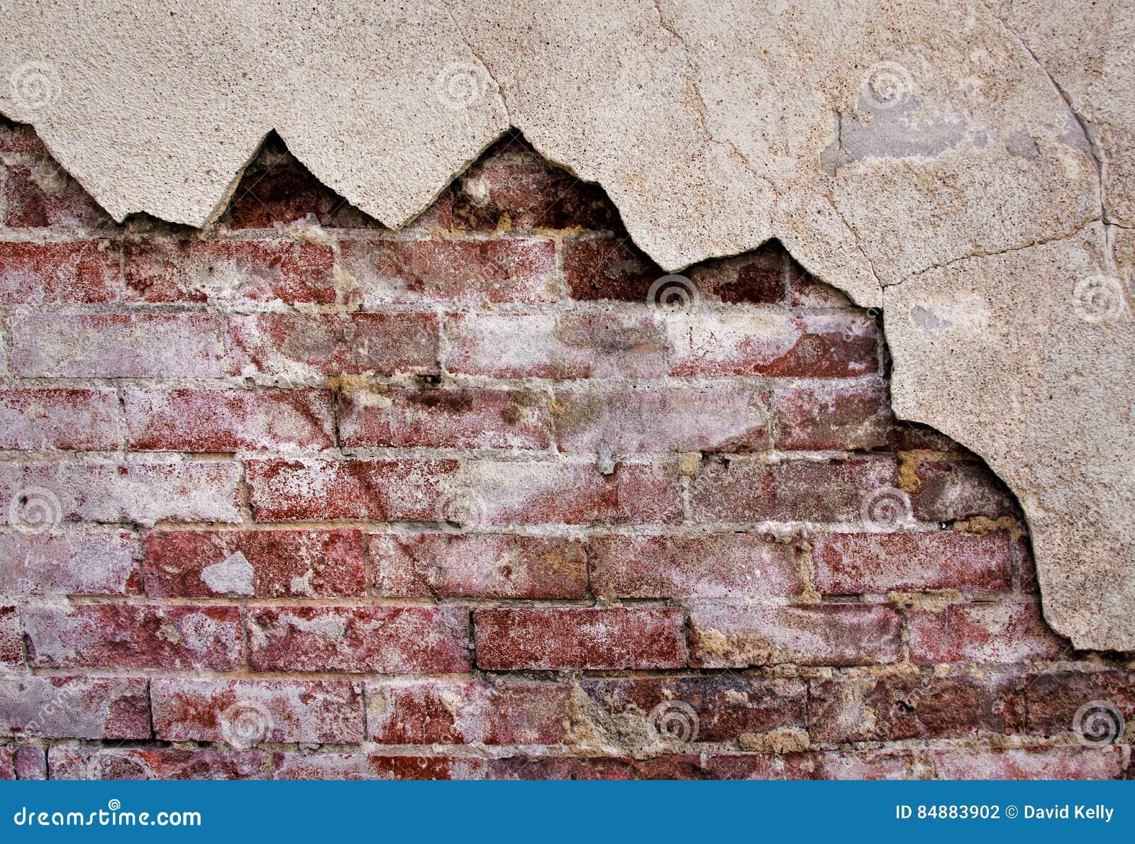 Lantlig tegelstenvägg med stuckaturen