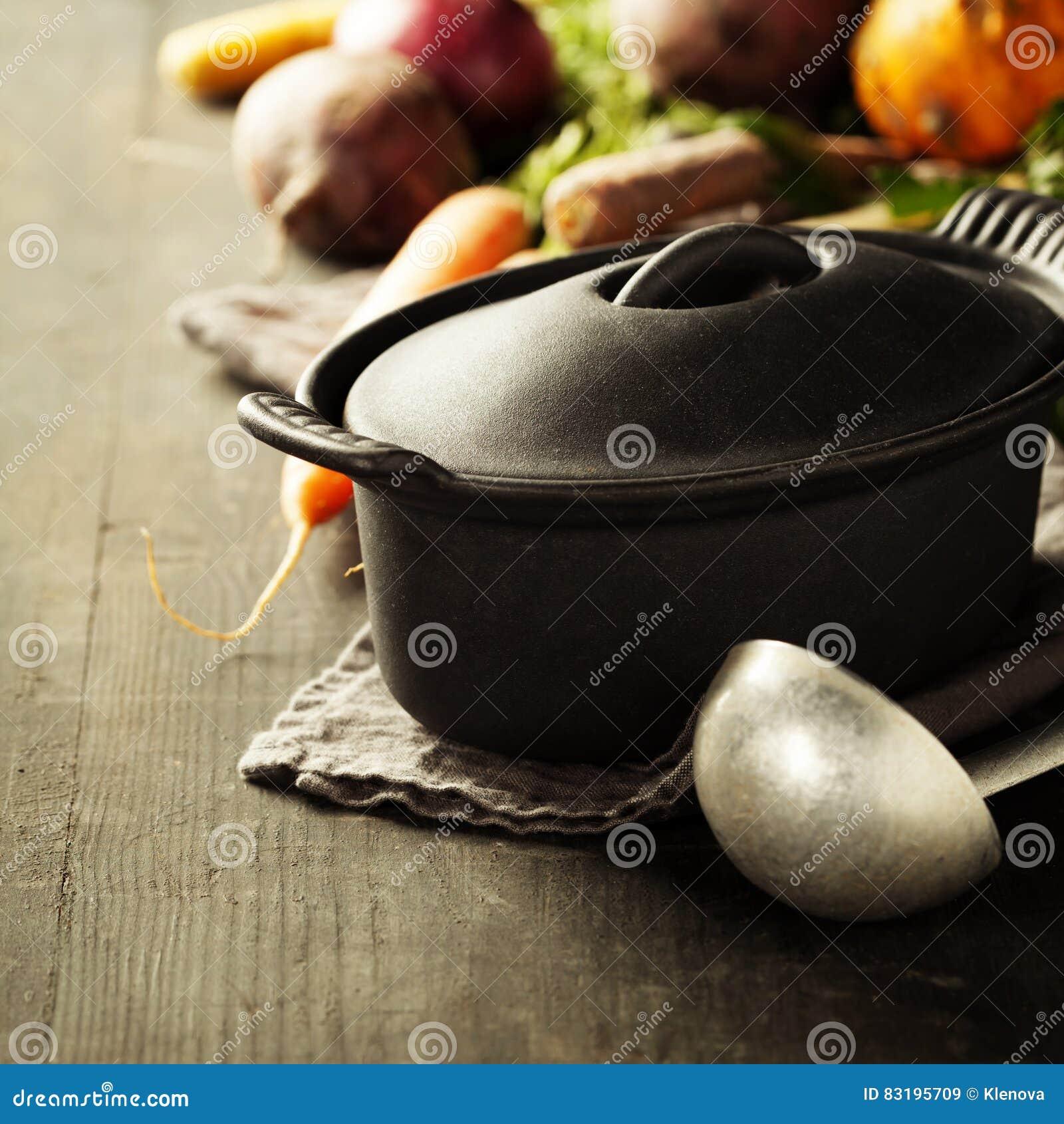 Lany żelazny garnek i warzywa