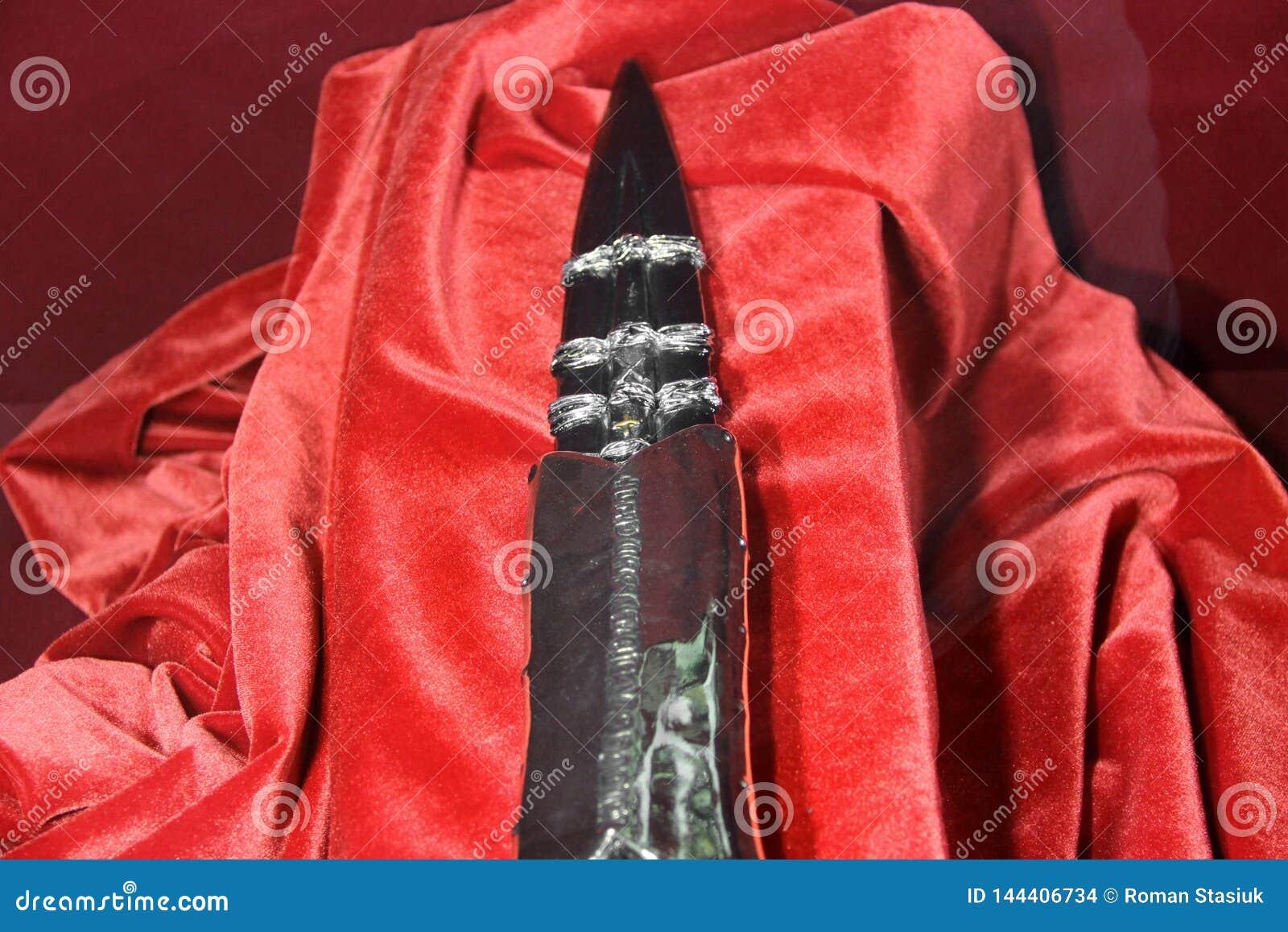 Lanza vieja en fondo rojo