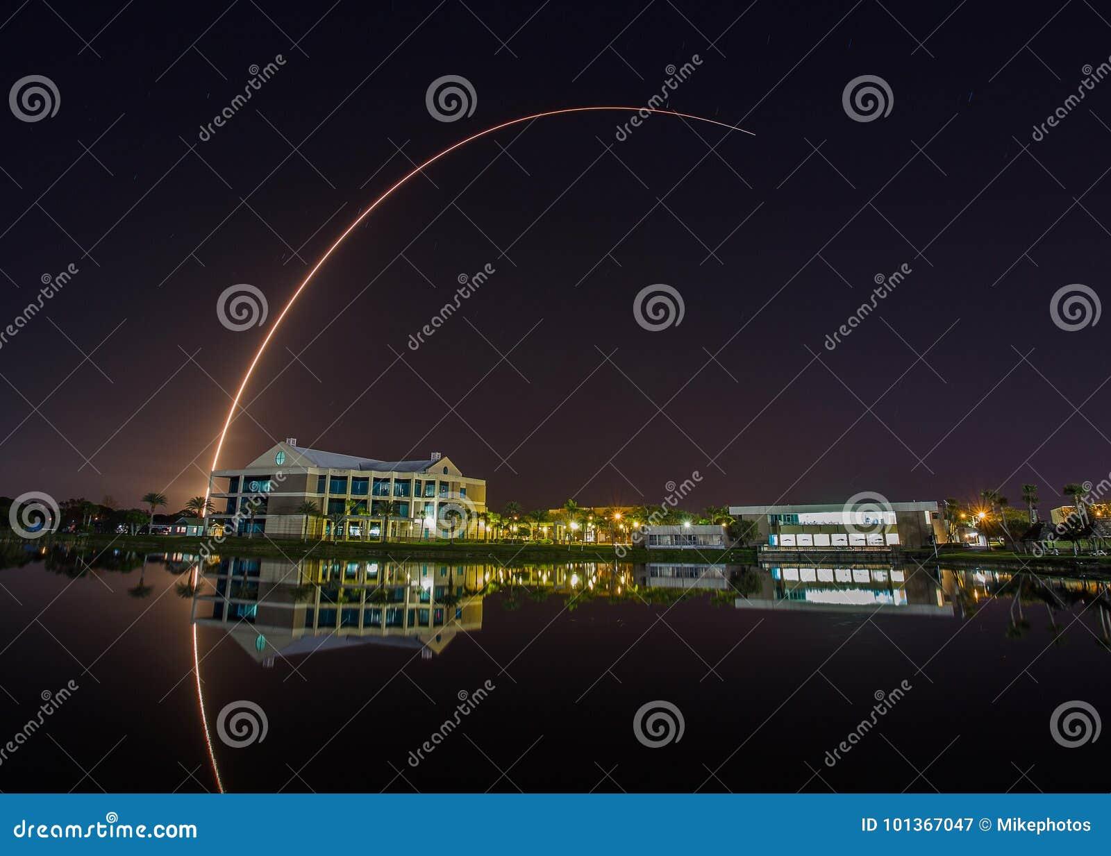 Lanzamiento de Rocket en Cabo Cañaveral visto de universidad de estado del este de la Florida