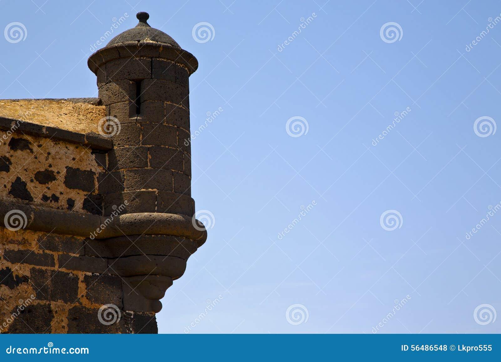 Lanzarote Espagne la vieilles tour et fente de sentinelle de château de mur dedans