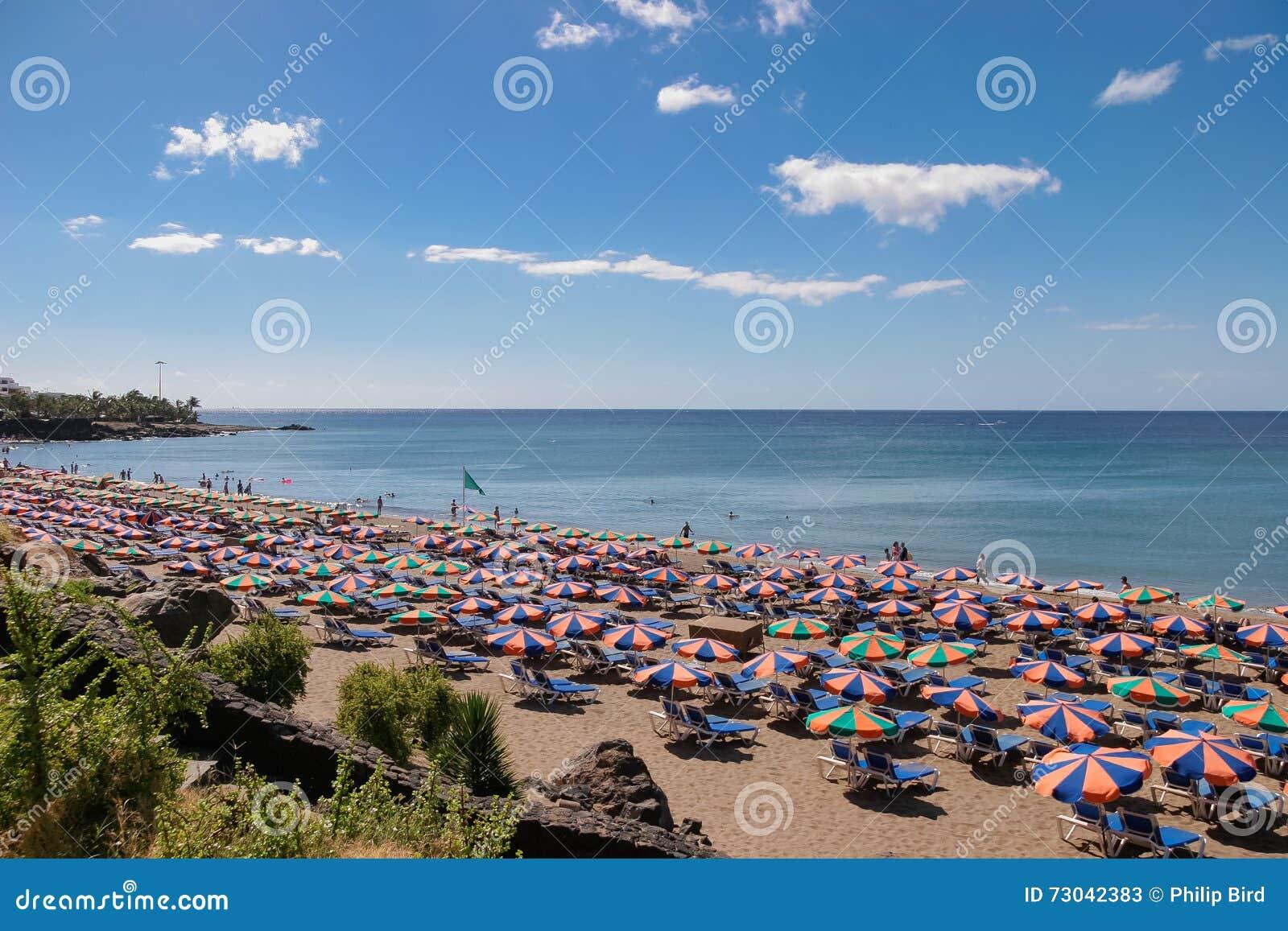 LANZAROTE, KANARIE ISLANDS/SPAIN - 30 JULI: Mensen die op a ontspannen