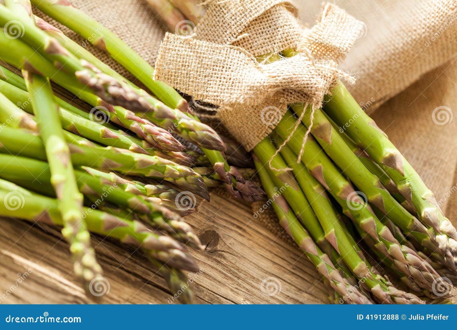 Lanzas verdes sanas frescas del espárrago