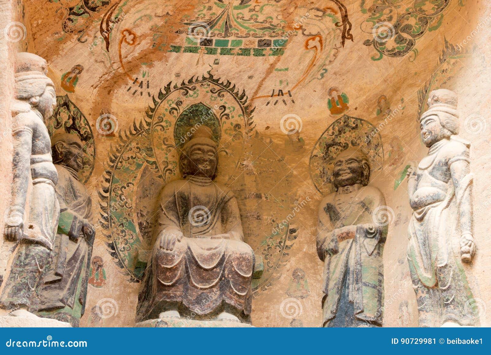 LANZHOU, CHINA - 30 DE SEPTIEMBRE DE 2014: Estatuas de Buda en la cueva Te de Bingling