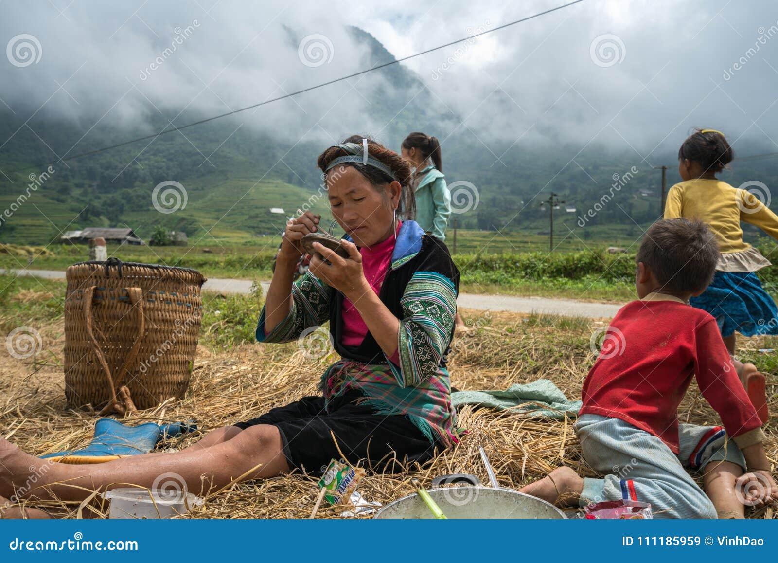 Lao Cai, Vietnam - 7. September 2017: Landwirtfamilie, die auf Reisfeld in Sapa zu Mittag isst