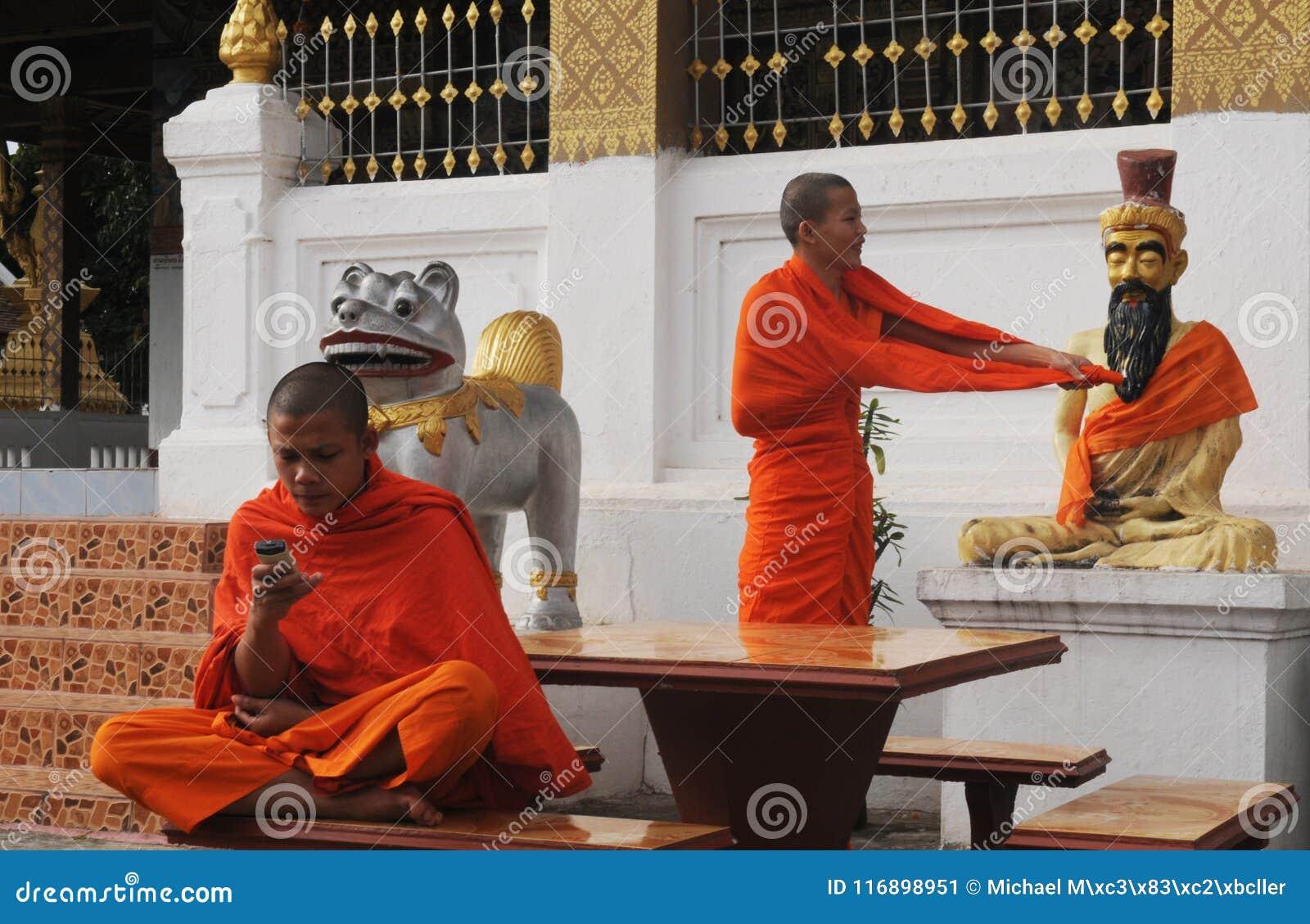 Laos del norte: Dos monjes jovenes en uno de los 32 templos budistas adentro