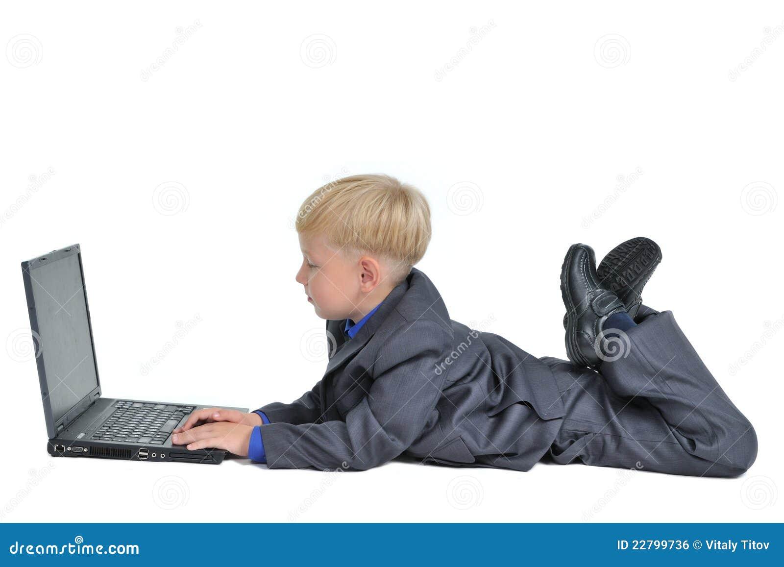 Lap-top αγοριών λίγο κοστούμι που φορά την εργασία