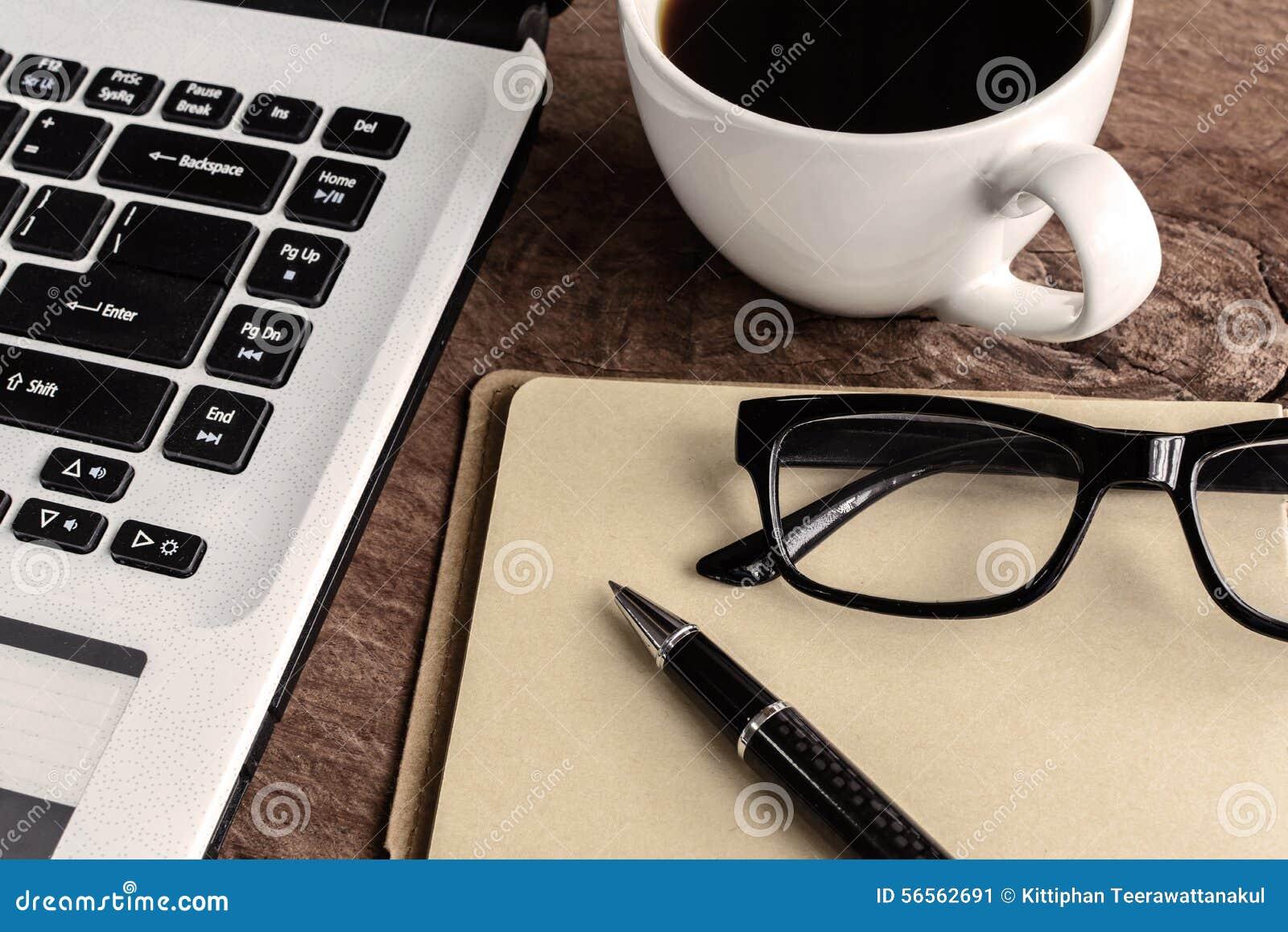 Download Lap-top και φλιτζάνι του καφέ στον παλαιό ξύλινο πίνακα Στοκ Εικόνα - εικόνα από μαύρα, γραφείο: 56562691