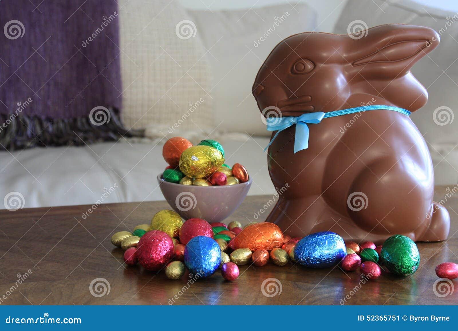 Lapin de chocolat avec des oeufs de pâques sur la table