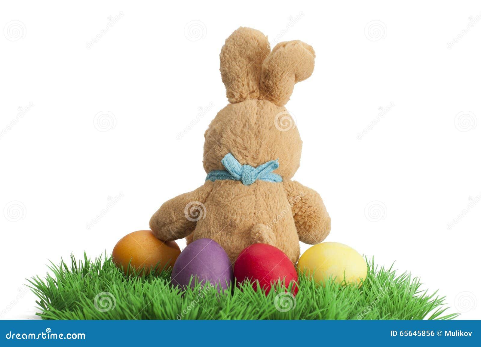 Lapin fait main de Pâques avec des oeufs dans le panier
