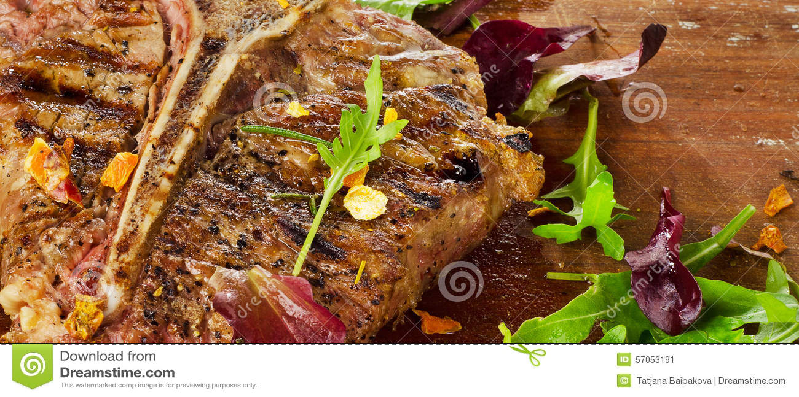 Lapje vlees met Verse Kruiden op rustieke houten lijst
