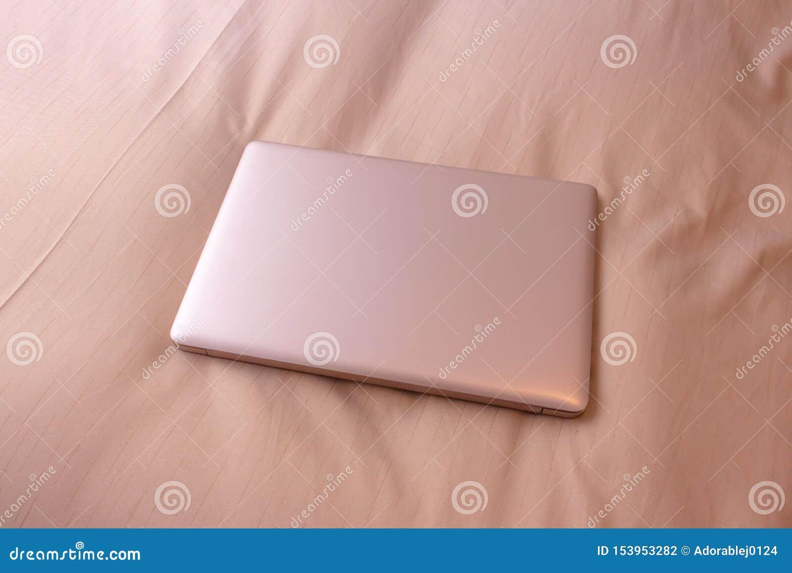 Laptop auf dem Bett, Geschäftsreise