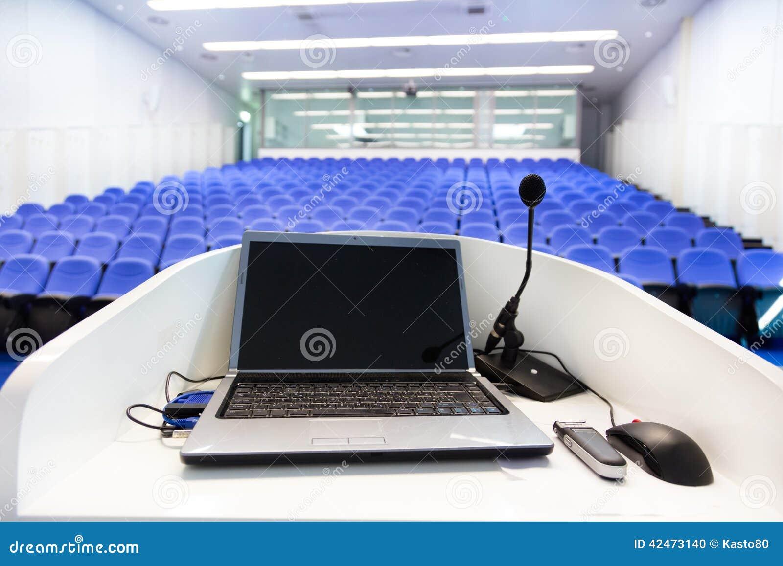 Laptop auf dem Podium im Konferenzsaal