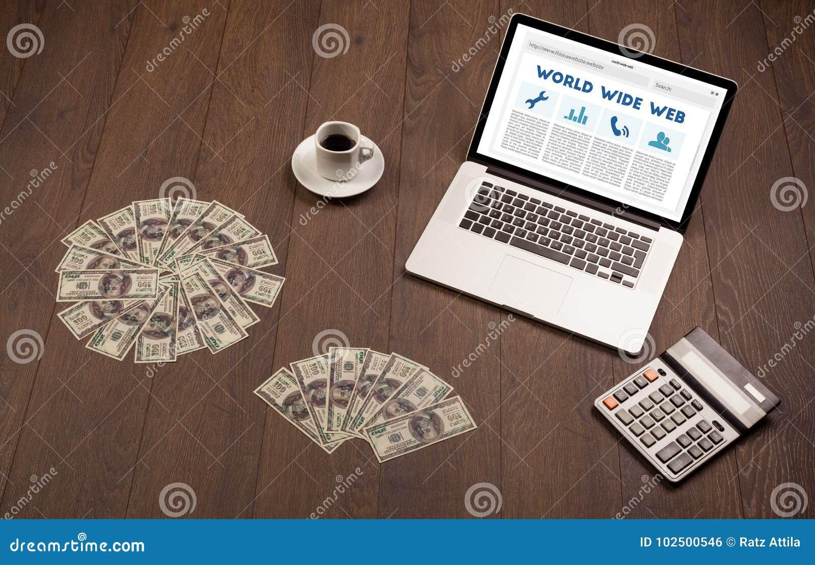Laptop auf hölzernem Schreibtisch mit Büro suplies