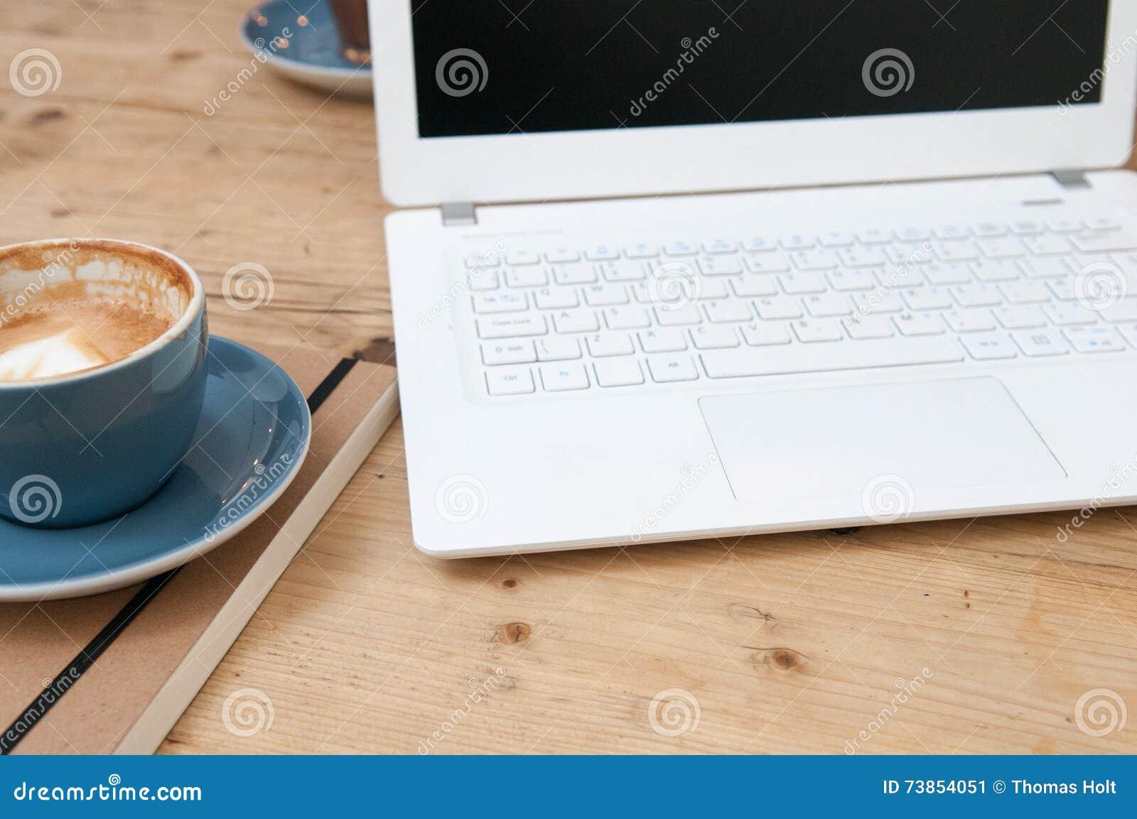 laptop auf holztisch mit kaffee stockfoto bild 73854051. Black Bedroom Furniture Sets. Home Design Ideas
