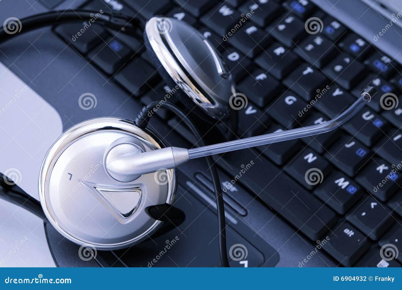 Laptop computer met hoofdtelefoon