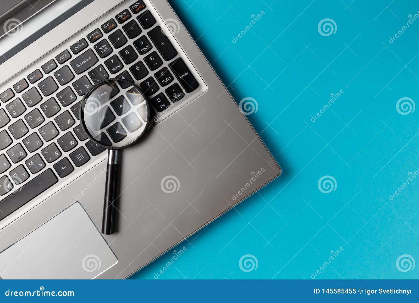 Laptop-Computer mit Vergr??erungsglas