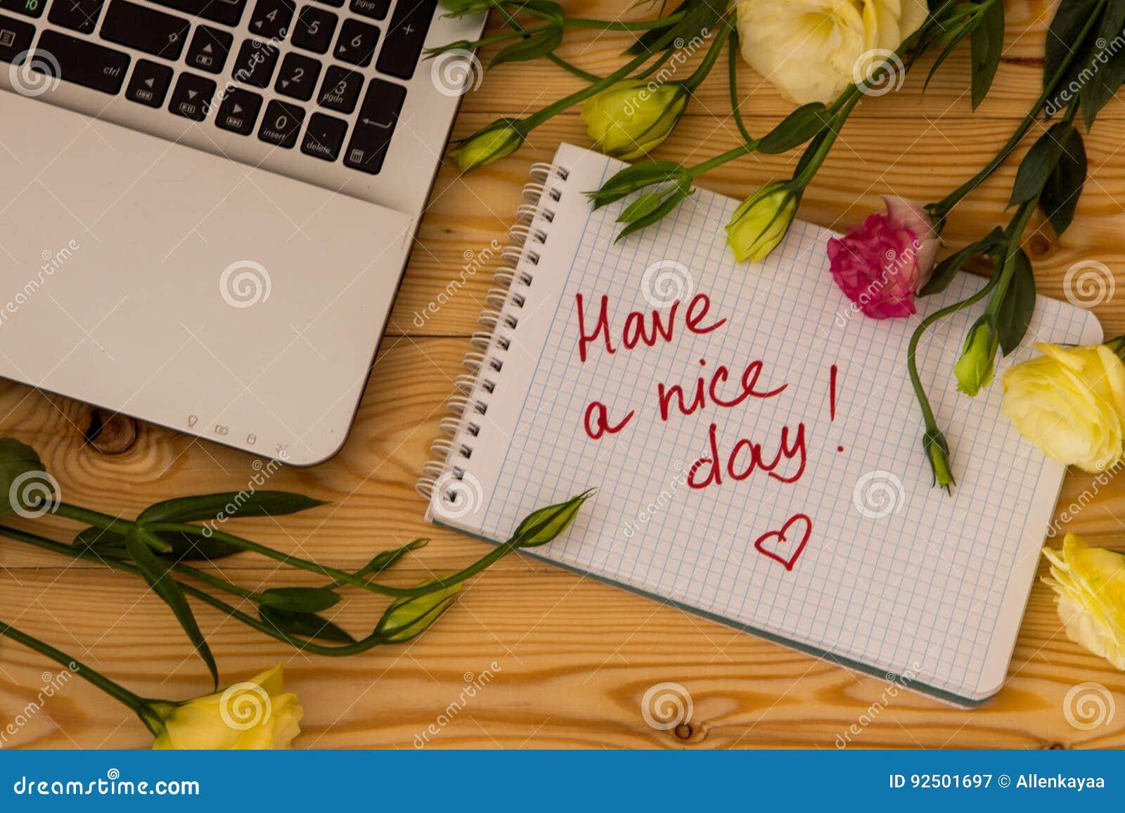 Laptop-Computer, Text lassen einen schönen Tag und Eustomablumen an anflehen