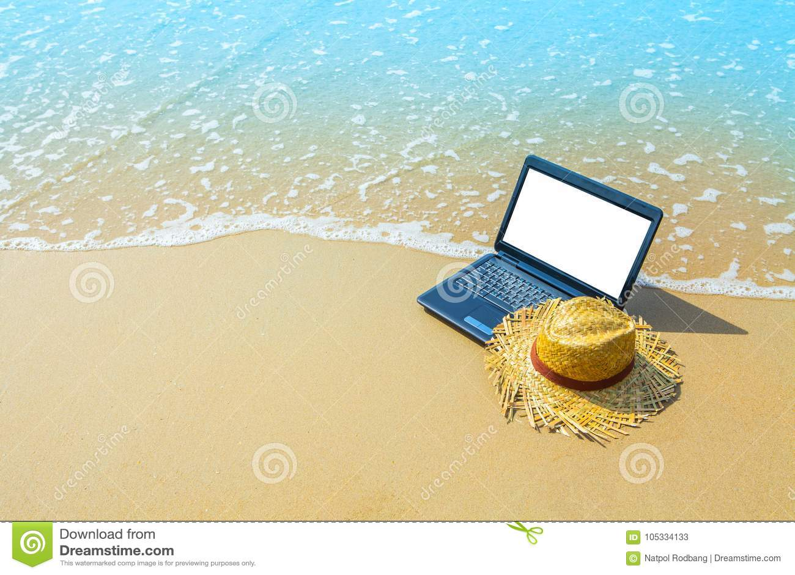 Laptop of computernotitieboekje op overzeese strand en golf - bedrijfstra