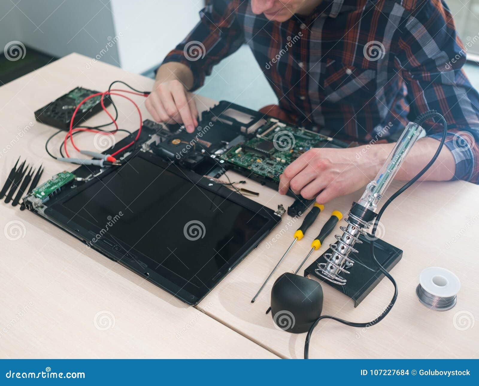 Laptop de de reparatiedienst van het onderhoudsoplossen van problemen