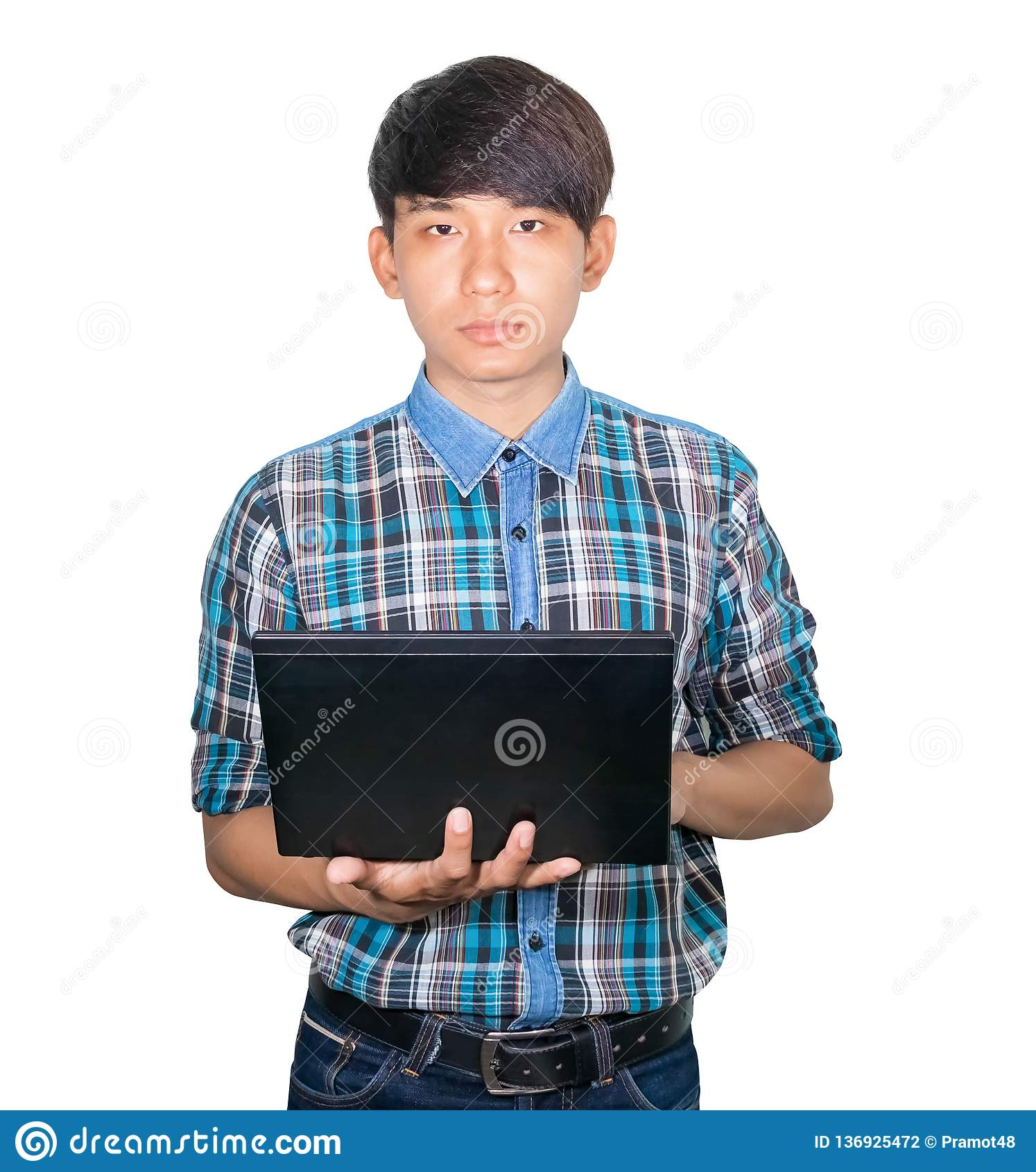 Laptop de utilização novo considerável do homem de negócios no fundo branco