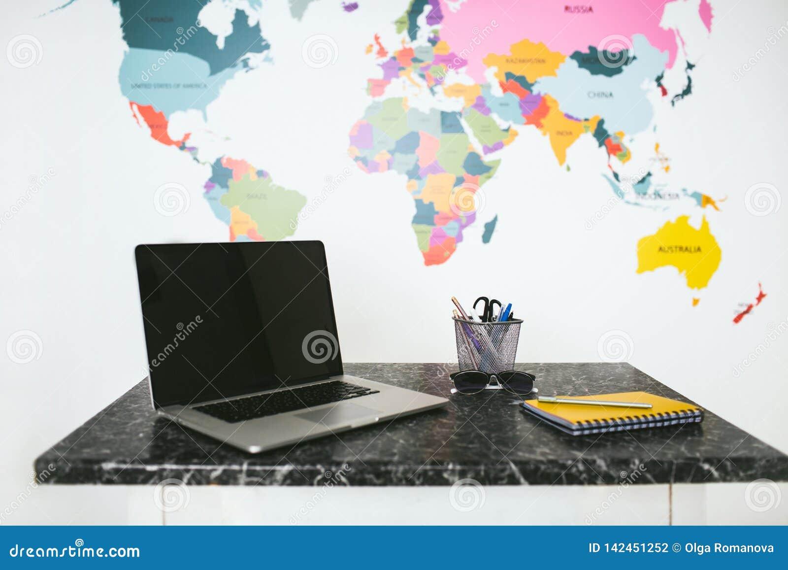 Laptop en notitieboekje op de lijst