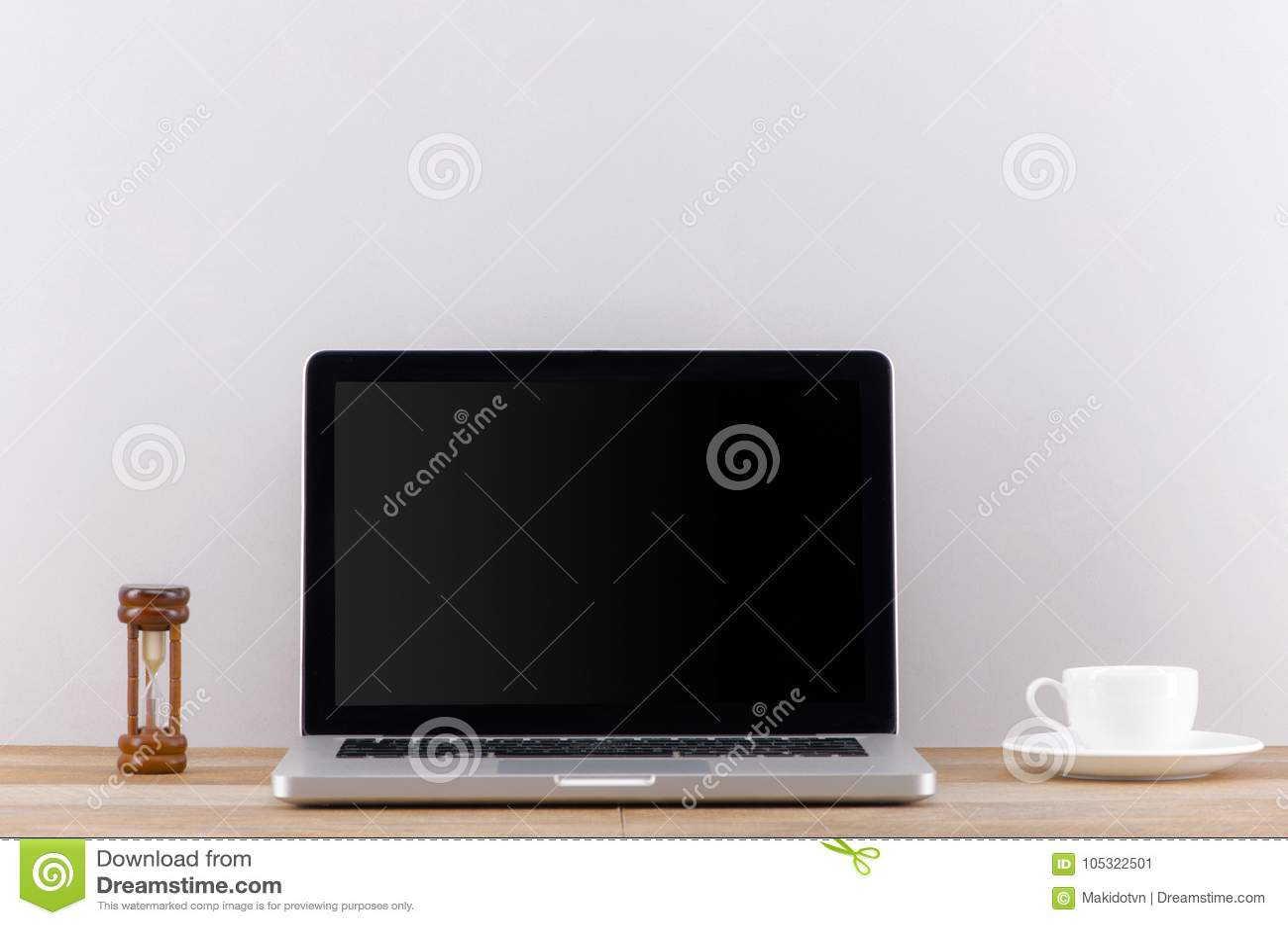 Laptop het computer witte lege scherm op het vooraanzicht van de het werklijst