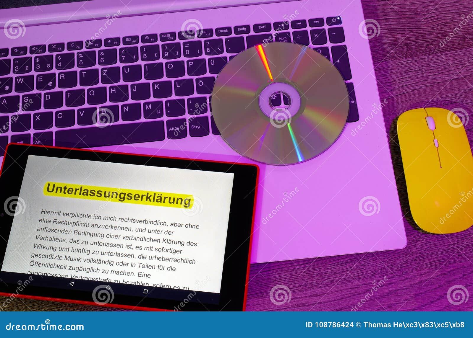 Laptop i pastylka na którym wystawia z żółtą myszą w fiołkowych optyka tekst z deklaracją pominięcie