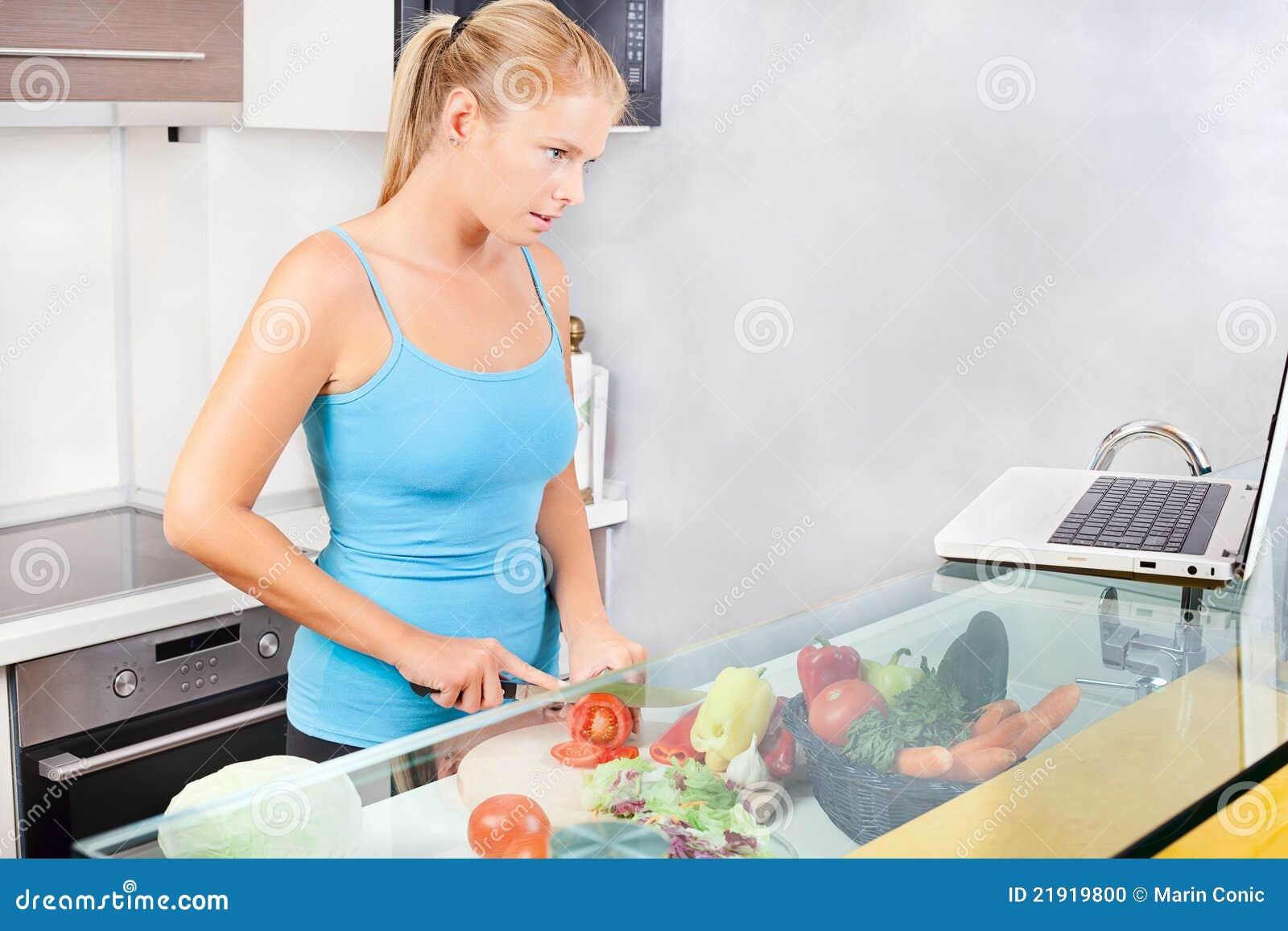 Laptop kuchenna kobieta