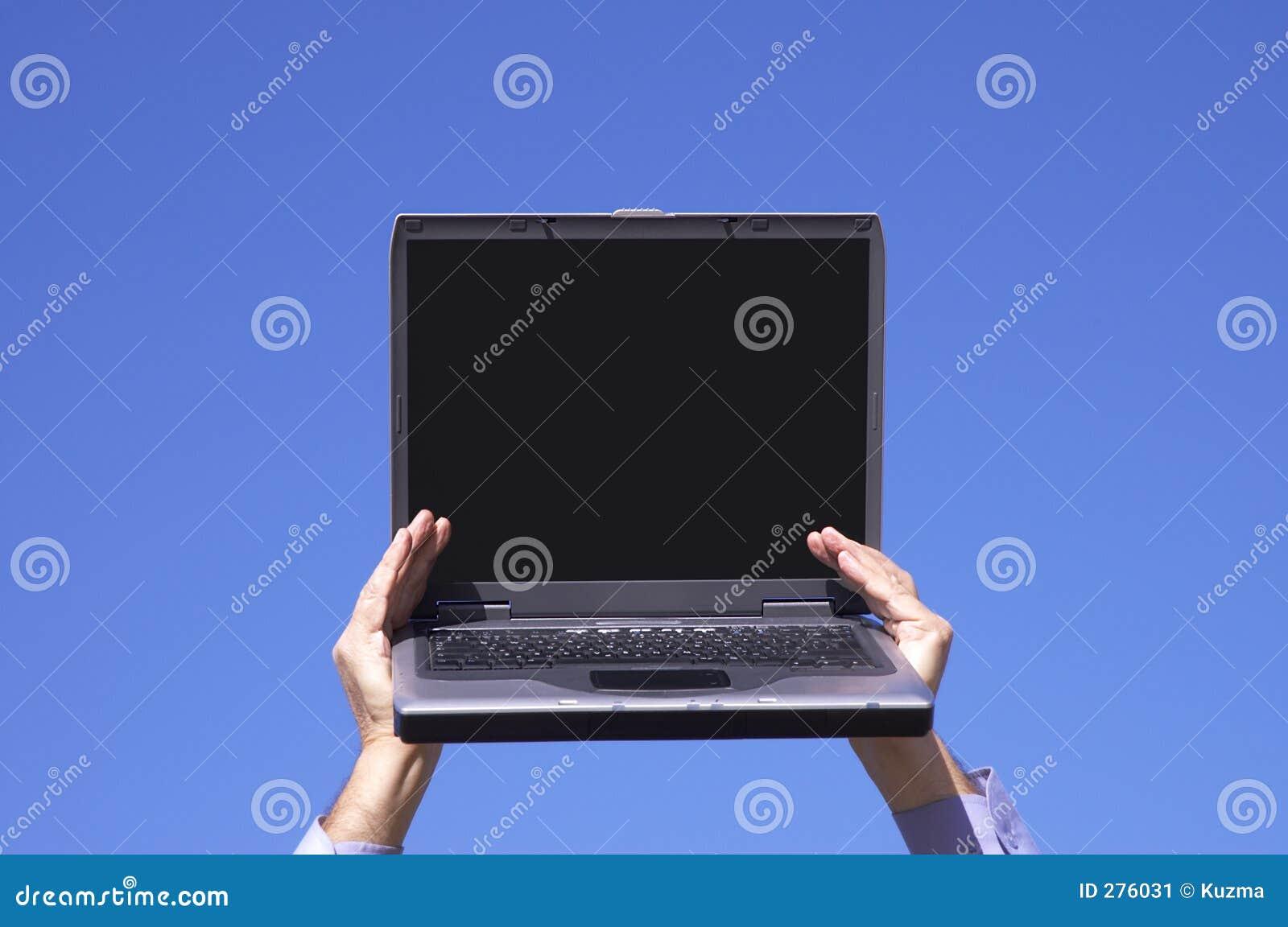 Laptop met het lege scherm in handen