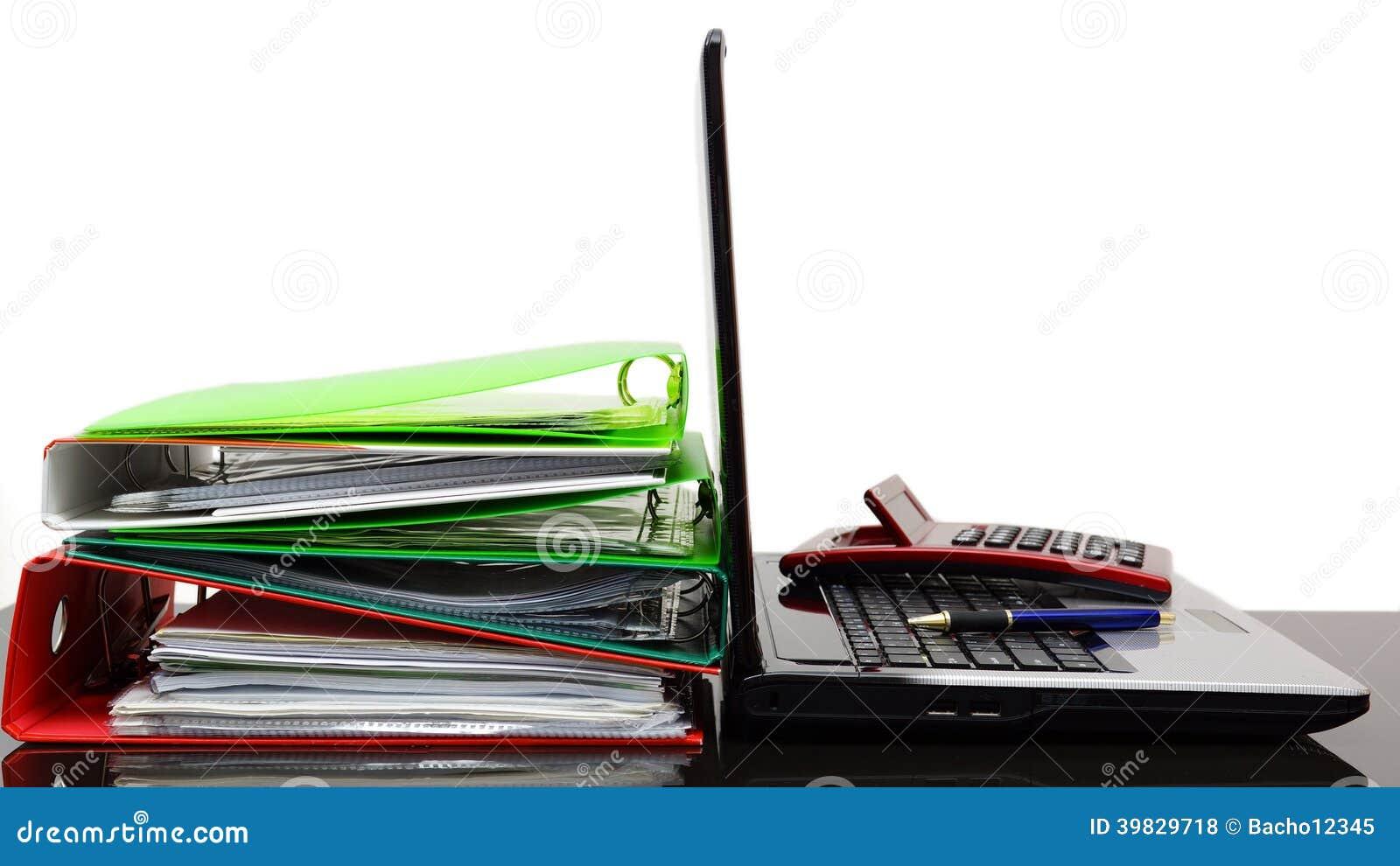 Laptop mit Taschenrechner- und Firmendokumentation