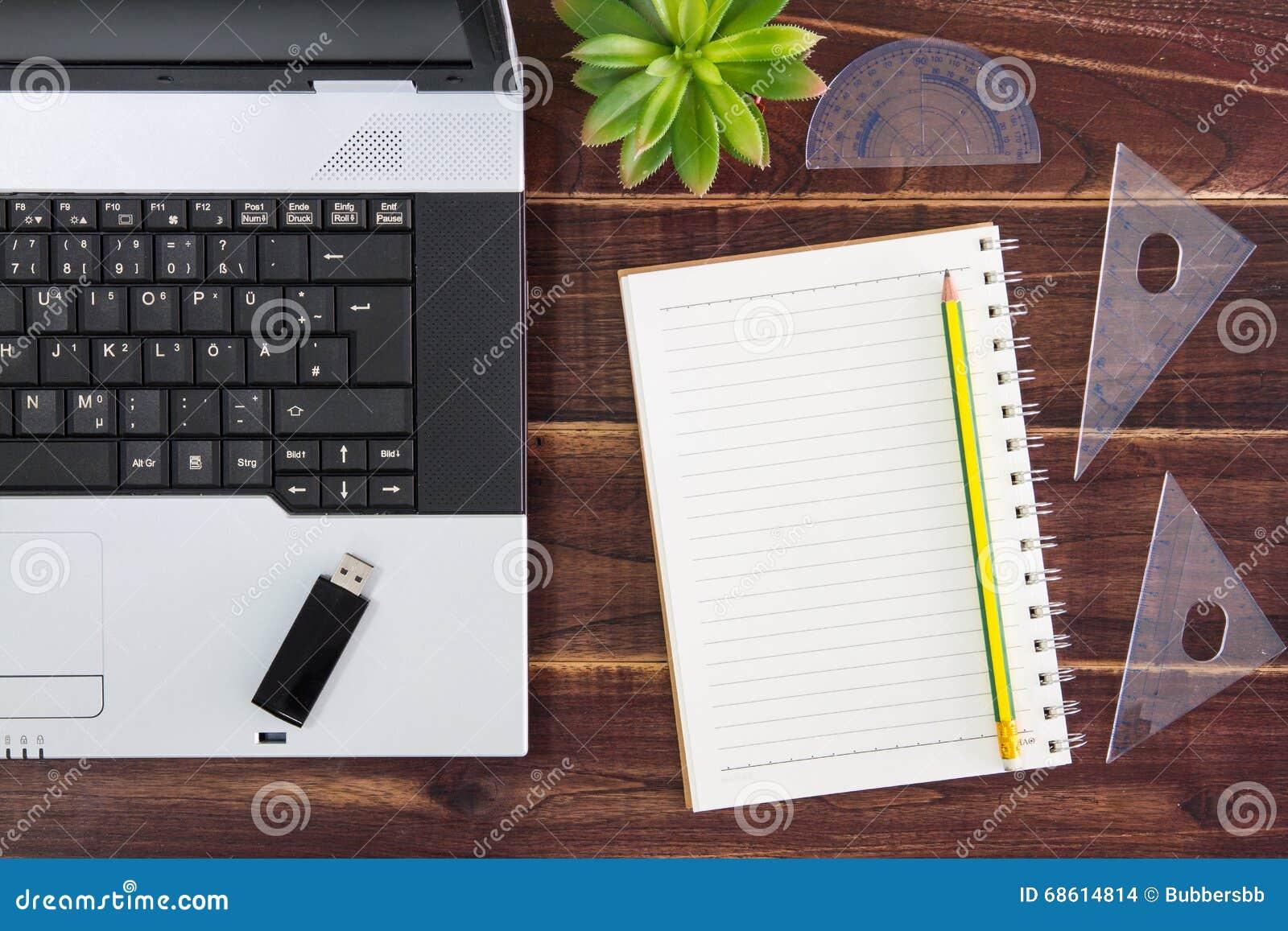 Laptop na mesa Vara da movimentação do flash de USB, papel
