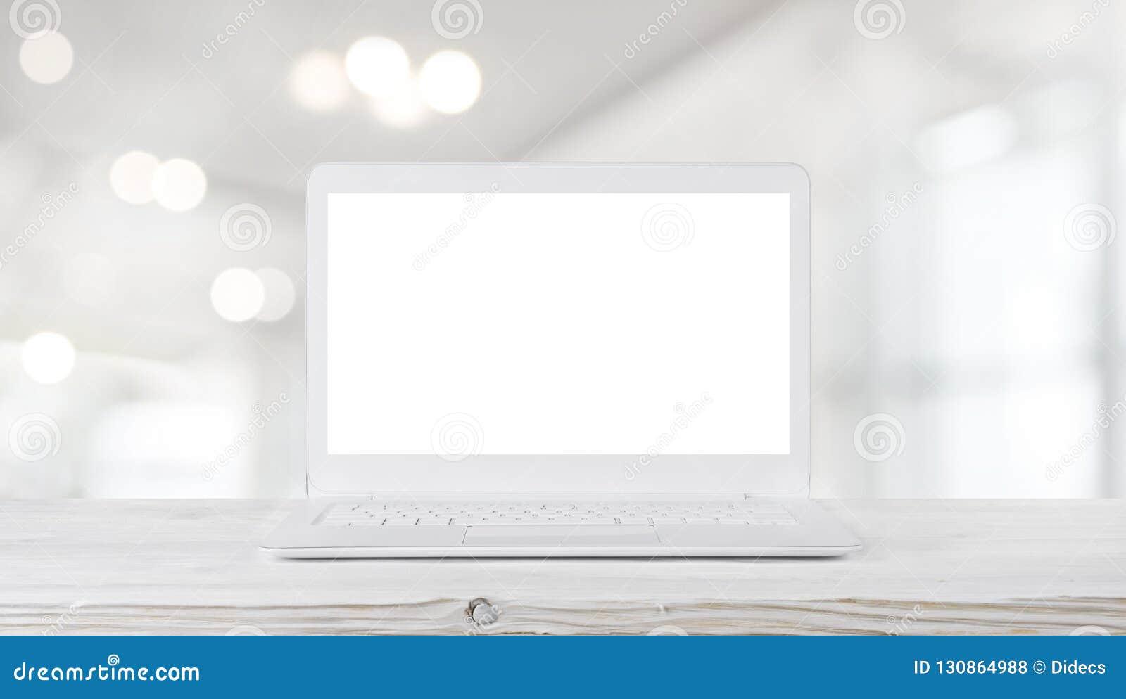 Laptop na tabela de madeira no interior borrado abstrato do escritório