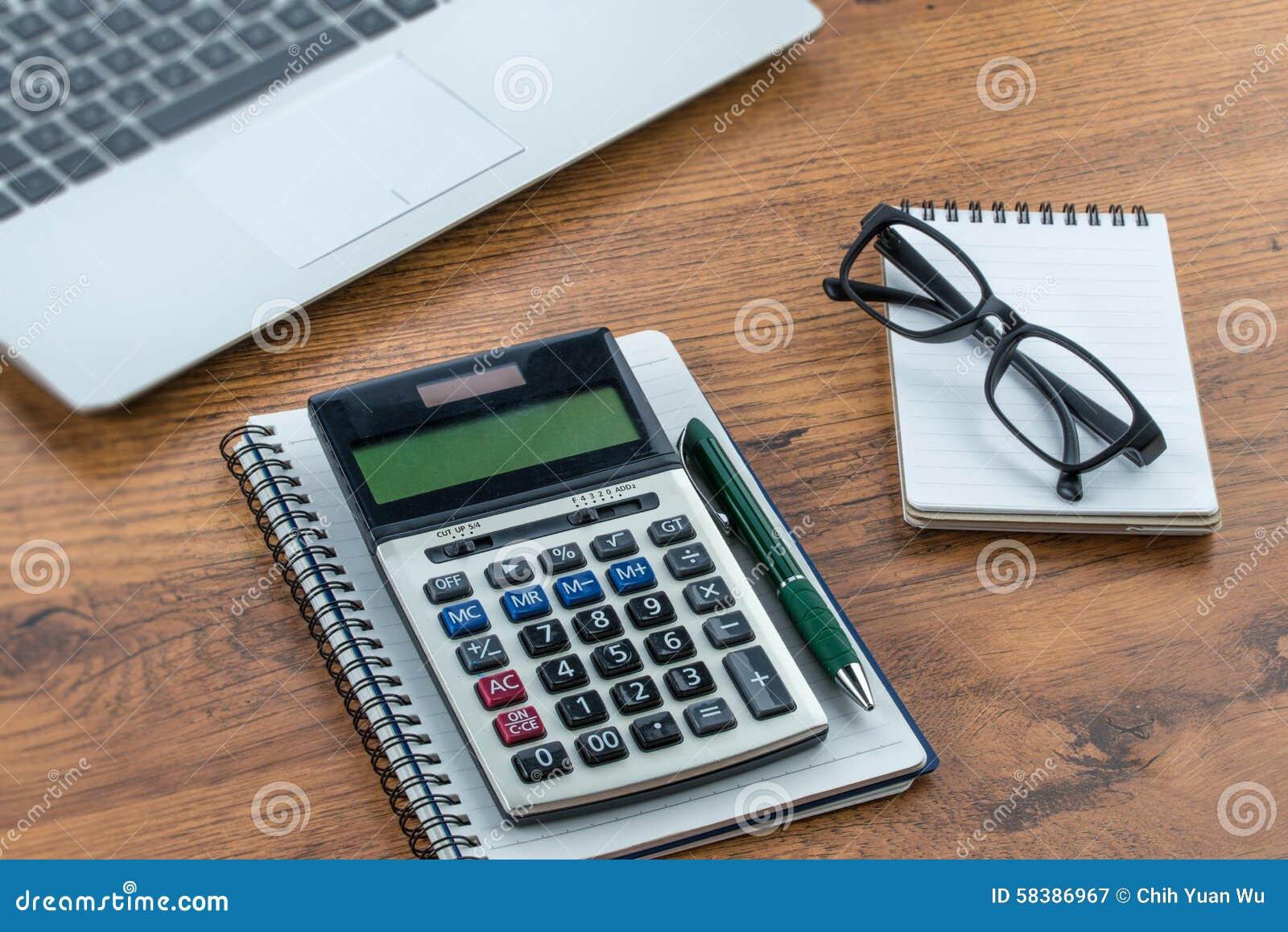 laptop notizbuch und stift mit taschenrechner auf dem schreibtisch stockbild bild von. Black Bedroom Furniture Sets. Home Design Ideas