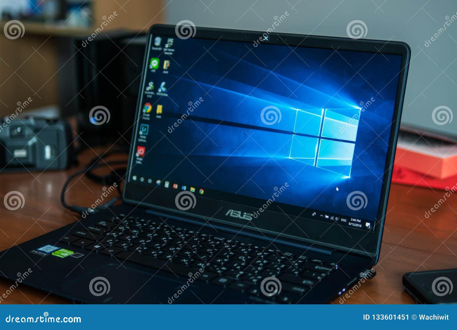 Laptop pokazuje swój ekran z Microsoft Windows logo na desktop