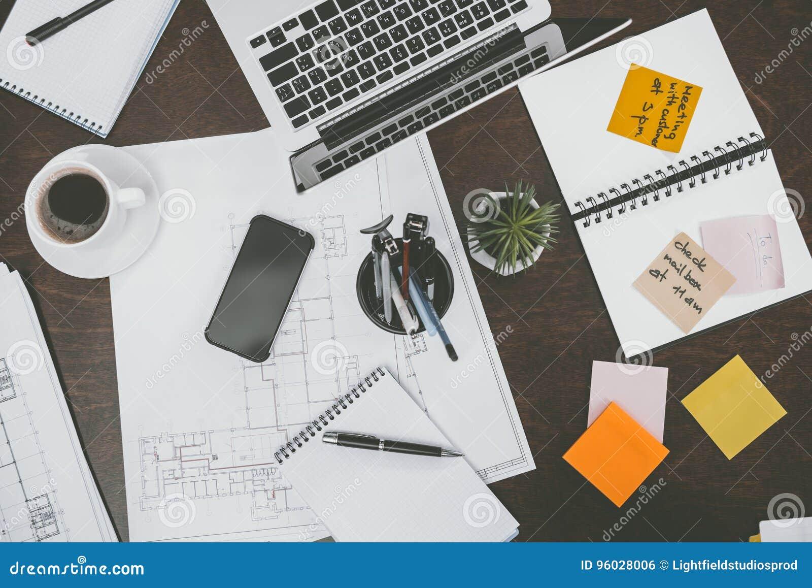 Laptop, smartphone, notepads i biurowe dostawy na tabletop przy workspace,