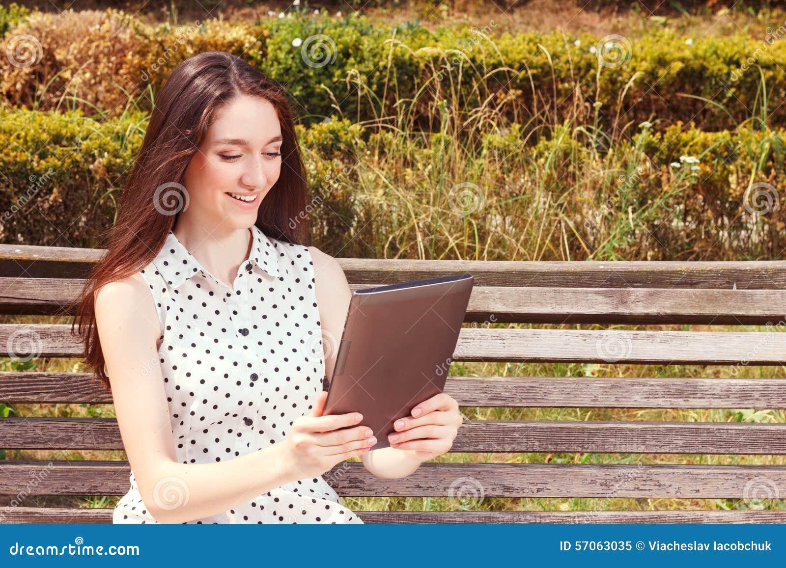 Laptop van de het meisjesholding van Nice jonge