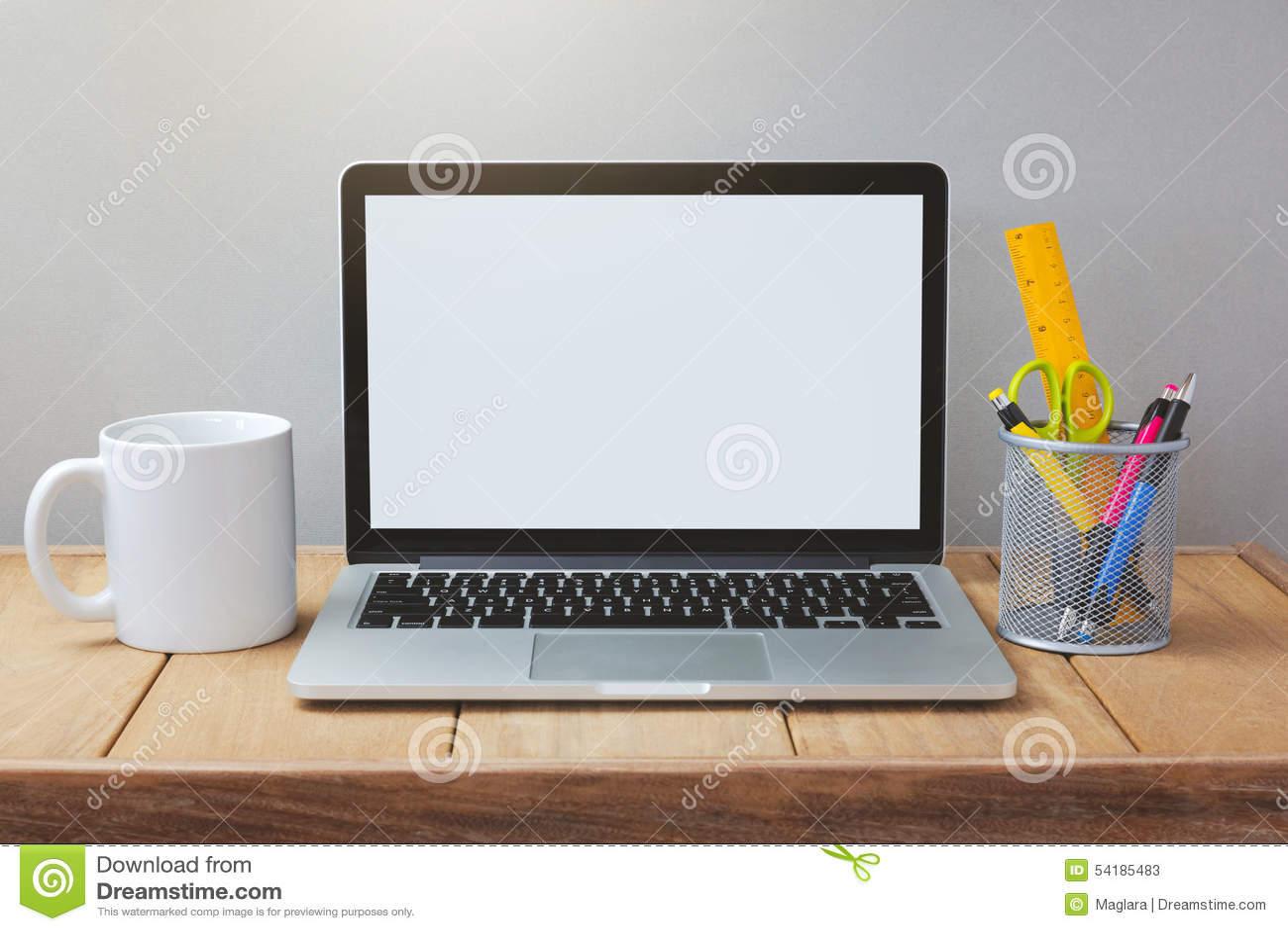 Laptop z bielu ekranu egzaminem próbnym w górę szablonu Biurowy biurko z komputerem; filiżanka i pióro