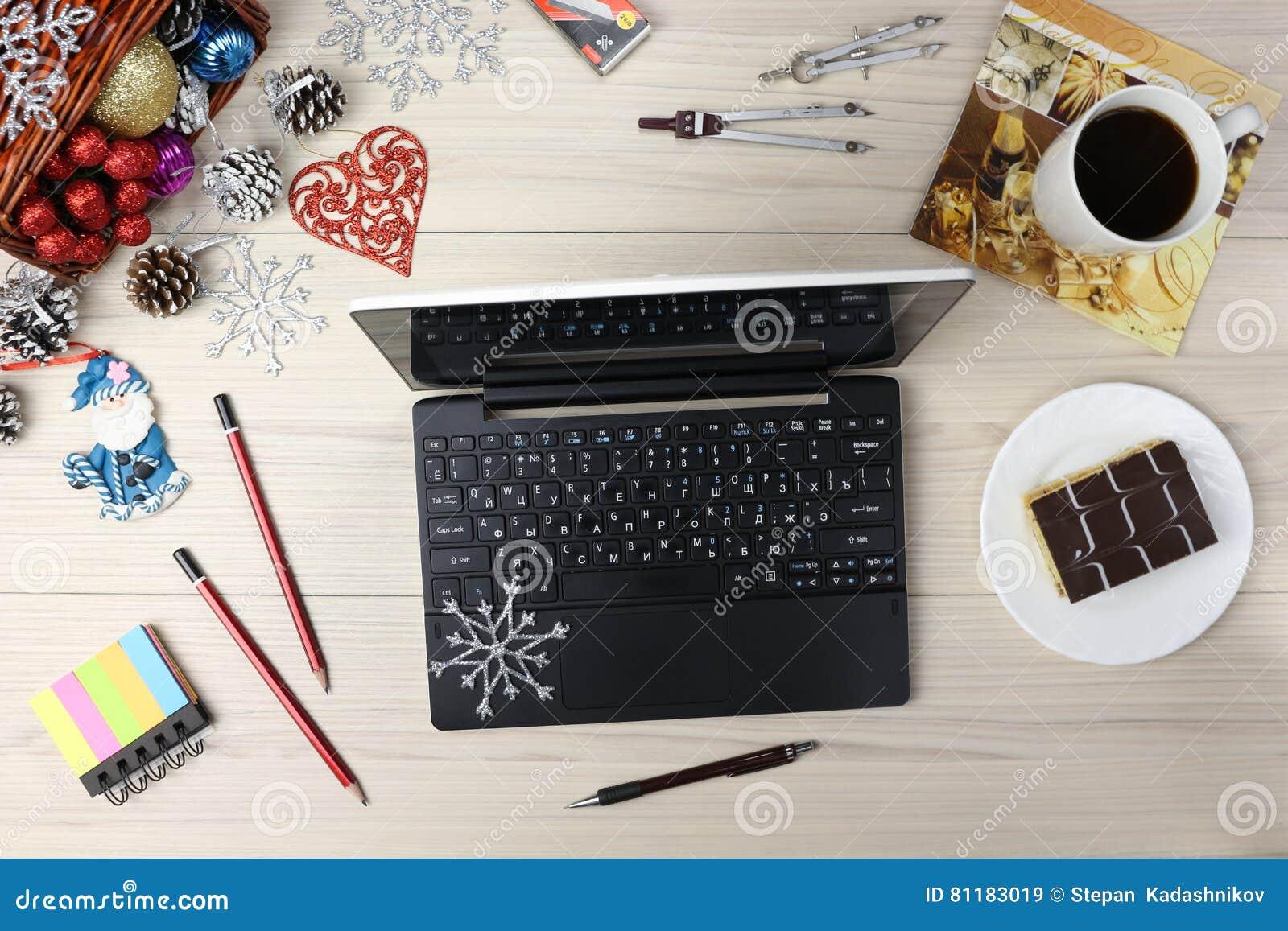 Laptop Z Prezentami I Kawą Na Stołowym Cyan Błękitnym Tle Biznesowy