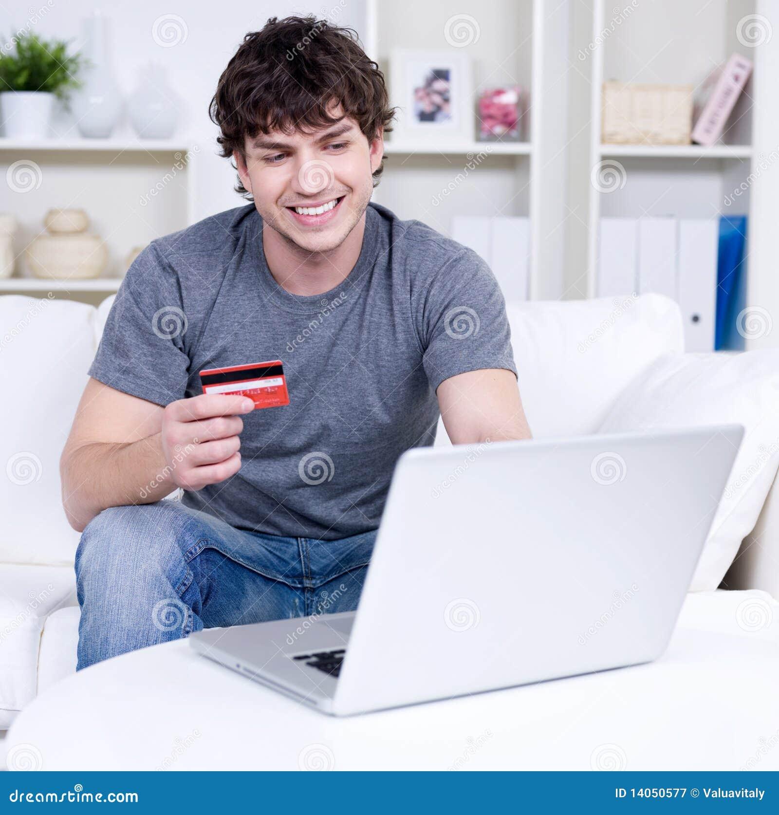 Laptopu karciany kredytowy mężczyzna