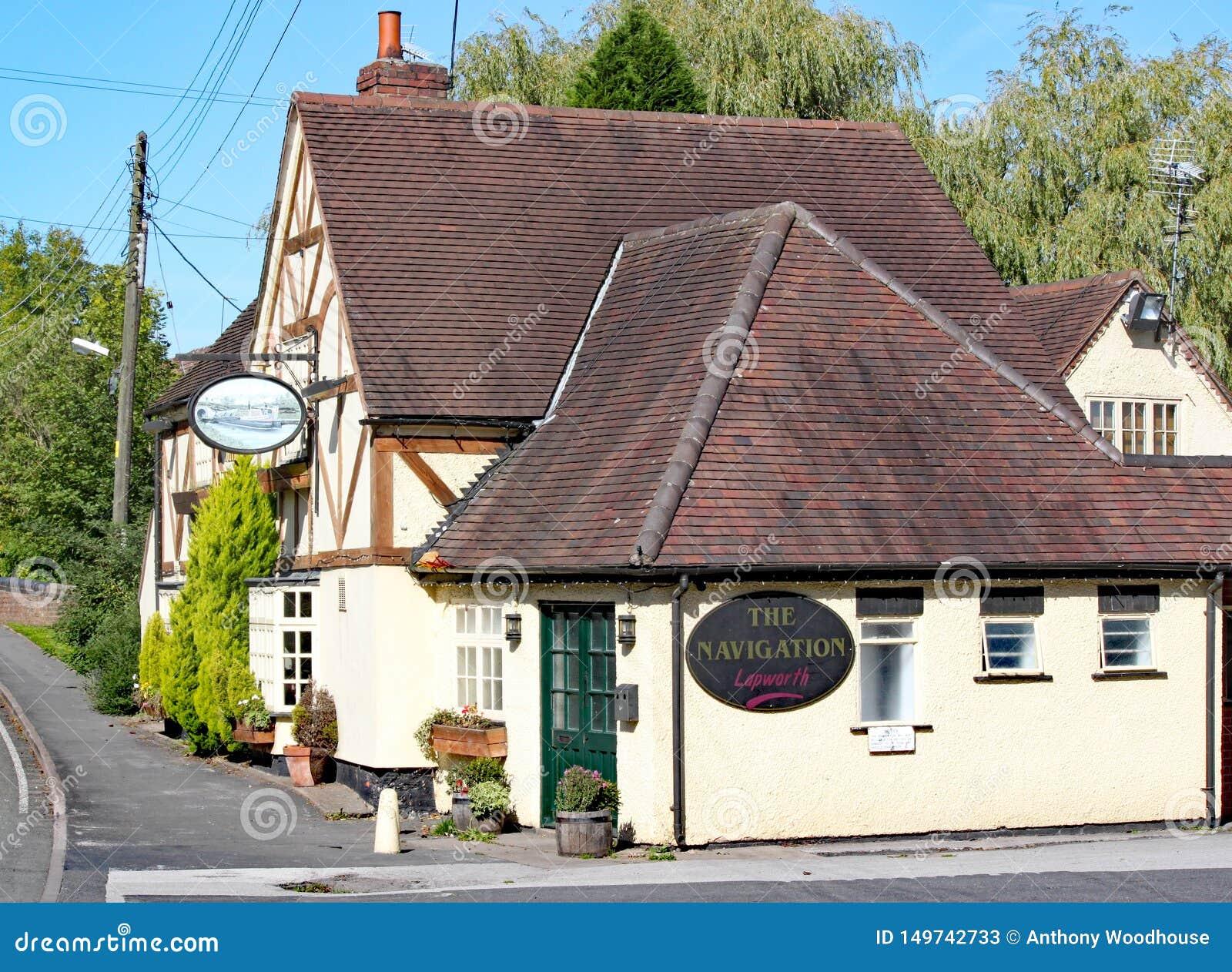 LAPWORTH, west midlands, ANGLIA - SEPT 25TH 2010: Nawigacja pub, typowej kanał strony porcji karczemni orzeźwienia i jedzenie,